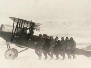 """ქართველი და იტალიელი მფრინავები იტალიურ """"ანსალდოს"""" ფირმის SVA-10 აეროპლანის ფონზე.  1920 წელი. <br>  Georgian and Italian pilots on the background of the Italian """"Ansaldo"""" company SVA-10 airplane. 1920"""