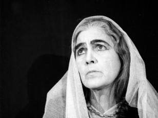"""მსახიობი ცაცა (ეკატერინე) ამირეჯიბი თამარის როლში სპექტაკლიდან ''გიორგი სააკაძე''. თბილისი, 1954 წ. <br> Actress Tsatsa (Ekaterine) Amirejibi in the role of Tamar from the performance """"Giorgi Saakadze"""". Tbilisi, 1954."""