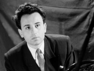 პიანისტი თენგიზ ამირეჯიბი. თბილისი, 1956 წ. <br> Pianist Tengiz Amirejibi. Tbilisi, 1956.