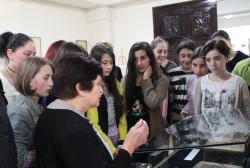 """გამოფენა """"ქართული ანბანის სამი სახეობა"""" დღეს 100-მდე სკოლის მოსწავლემ დაათვალიერა"""
