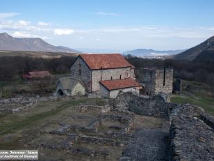 დმანისის ღვთისმშობლის ტაძრის სამნავიანი ბაზილიკა, VI-VII საუკუნეები. ფოტო: გიორგი კაკაბაძე. 2015 წელი<br>Dmanisi. Basilica of Holy Virgin. VI-VII centuries. Photo by Giorgi Kakabadze. 2015