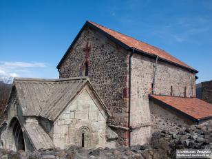 დმანისის ღვთისმშობლის ტაძრის სამნავიანი ბაზილიკა (VI-VII საუკუნეები) 1213-1222 წლებში, ლაშა-გიორგის დროს მიშენებული დასავლეთის კარიბჭით<br>Dmanisi. Basilica of Holy Virgin. VI-VII centuries. The west gate was built in 1212-1222, reign at Lasha-Giorgi. Pho