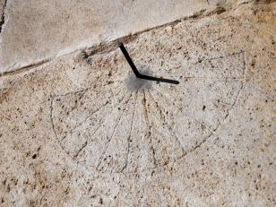 მზის საათი ღვთისმშობლის მიძინების ტაძარზე<br>The Sundial on the Church of the Assumption