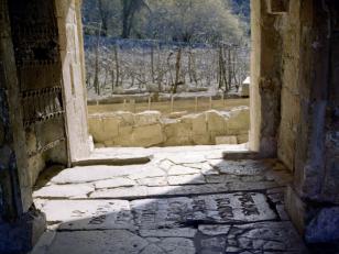 """დავით აღმაშენებლის საფლავის ქვა ასომთავრული წარწერით: """"ესე არს განსასუენებელი ჩემი უკუნითი უკუნისამდე; ესე მთნავს: აქა დავემკვიდრო მე"""" (რამეთუ მთნავს, ამას დავემკვიდრო მე)<br>The Tomb of the David The Builder with Asomtavruli Inscription"""