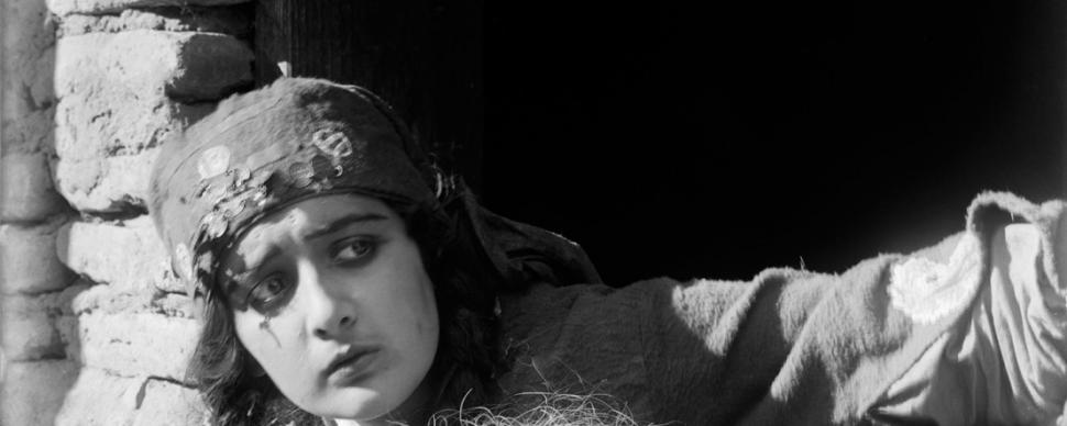 """კადრი ქართული მხატვრული ფილმიდან """"მამის მკვლელი"""""""