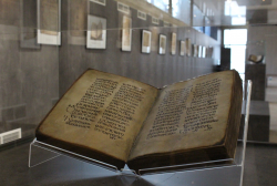 """ეროვნული არქივის საგამოფენო დარბაზი """"ქართული ანბანის სამ სახეობას"""" მასპინძლობს"""