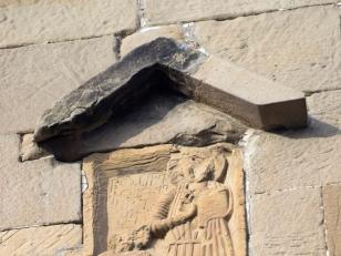 მცხეთის ჯვრის ტაძარი (VI საუკუნე). კედლის რელიეფი.  ფოტო: გიორგი კაკაბაძე. 2017 წელი.