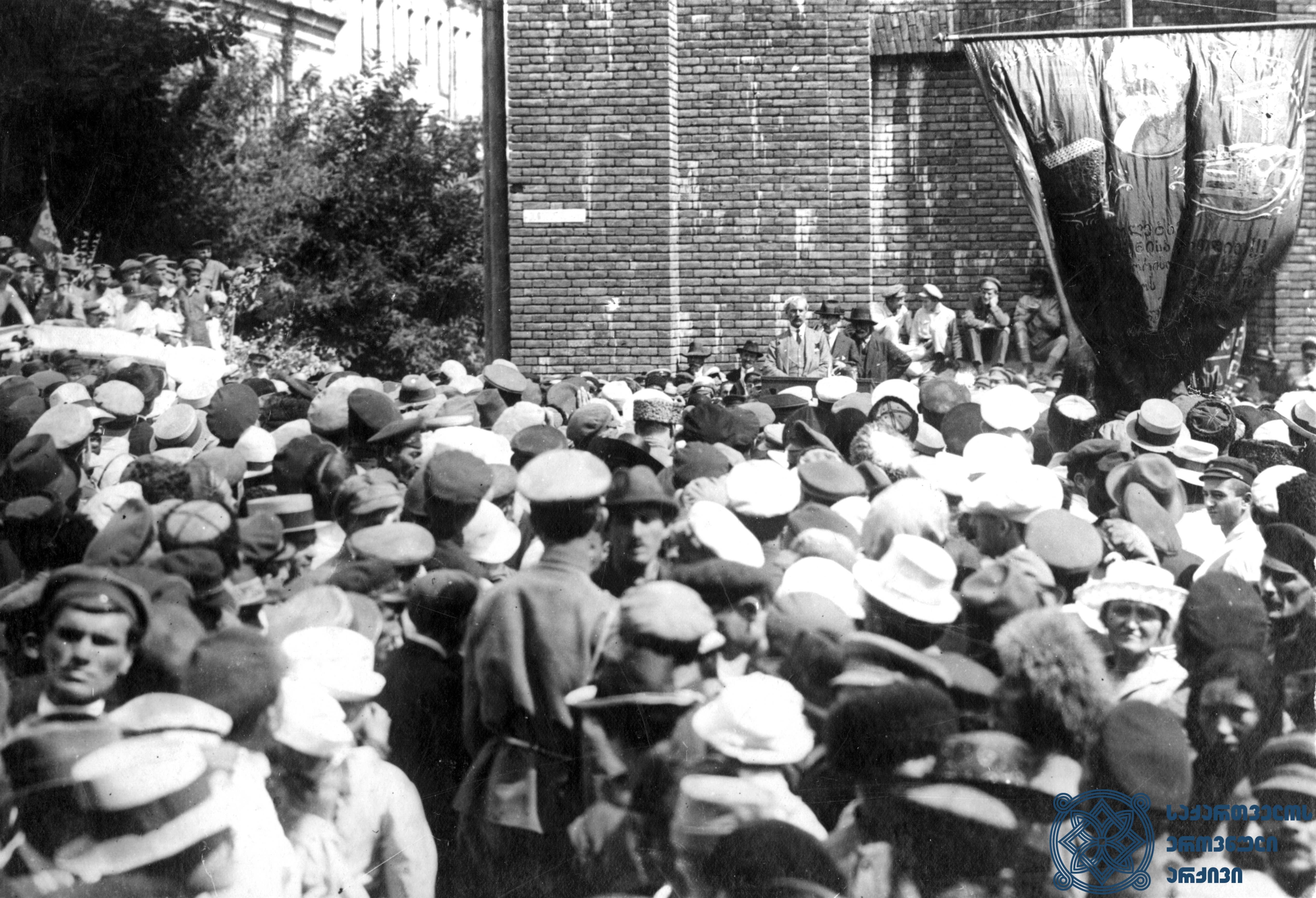 ინგლისელი სოციალისტის, ბრიტანეთის მომავალი პრემიერ-მინისტრის – რამზეი მაკდონალდის – სიტყვით გამოსვლა თბილისში მეორე სოციალისტური ინტერნაციონალის დელეგაციის ვიზიტის პატივსაცემად გამართულ დემონსტრაციაზე. 1920 წლის სექტემბერი. <br> British Socialist, future British Prime-Minister, Ramsay MacDonald is giving a speech at a demonstration, held in Tbilisi, dedicated to the visit of the delegation of the Second Socialist International. September 1920.