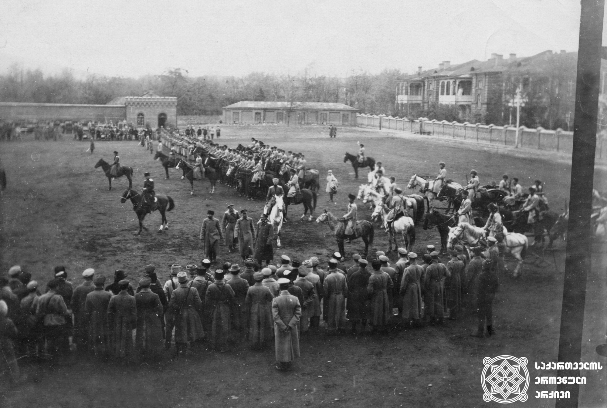 სახალხო გვარდიის ცხენოსანი დივიზიონი. რუსეთ-საქართველოს 1921 წლის ომში ცხენოსან ნაწილთა მცირერიცხოვნებამ ქართულ არმიას დიდი პრობლემები შეუქმნა. <br>   თბილისი, 1919-1920 წლები. <br>  The Cavalry Division of the People's Guard. During the Russian-Georgian War of 1921, the small quantity of the cavalry made great difficulties for the Georgian army.  <br> Tbilisi, 1919-1920.
