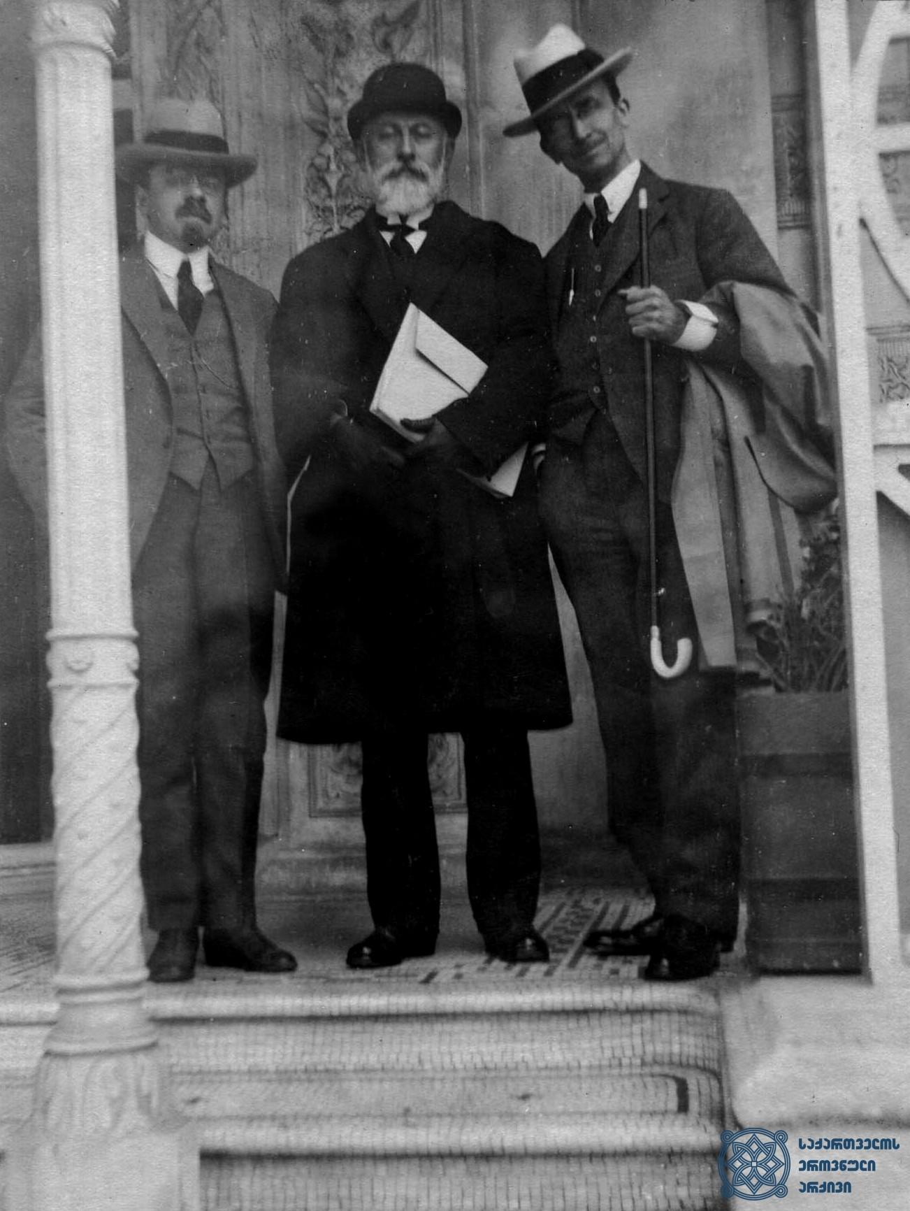 ბელგიელი სოციალისტები – ემილ ვანდერველდე (მარცხნივ) და კამილ ჰიუსმანსი (მარჯვნივ) – თბილისში, საქართველოს მთავრობის თავმჯდომარე ნოე ჟორდანიასთან ერთად. 1920 წლის სექტემბერი. <br> Belgian Socialists - Emile Vandervelde (on the left) and Camille Huysmans (on the right) - in Tbilisi, together with the Chairman of the Government of Georgia Noe Zhordania. September 1920.