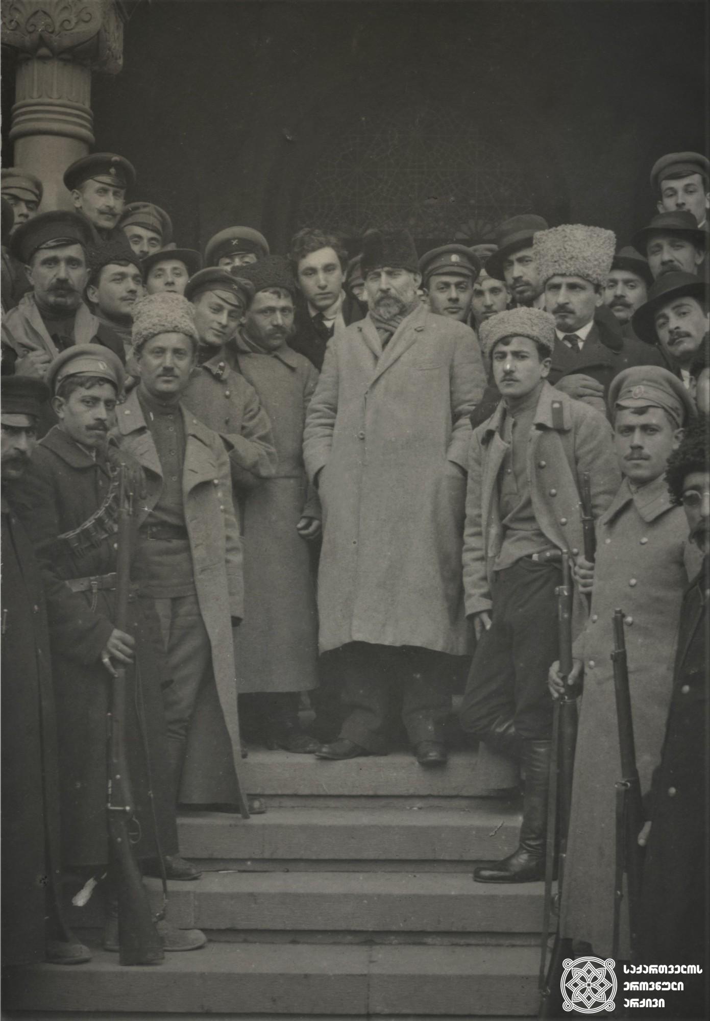 ამიერკავკასიის სეიმის თავმჯდომარე ნიკოლოზ (კარლო) ჩხეიძე  (ცენტრში) გვარდიელებთან ერთად. <br> Head of the Transcaucasian Sejm Nikoloz (Karlo) Chkheidze (in the center) together with the guardsmen.