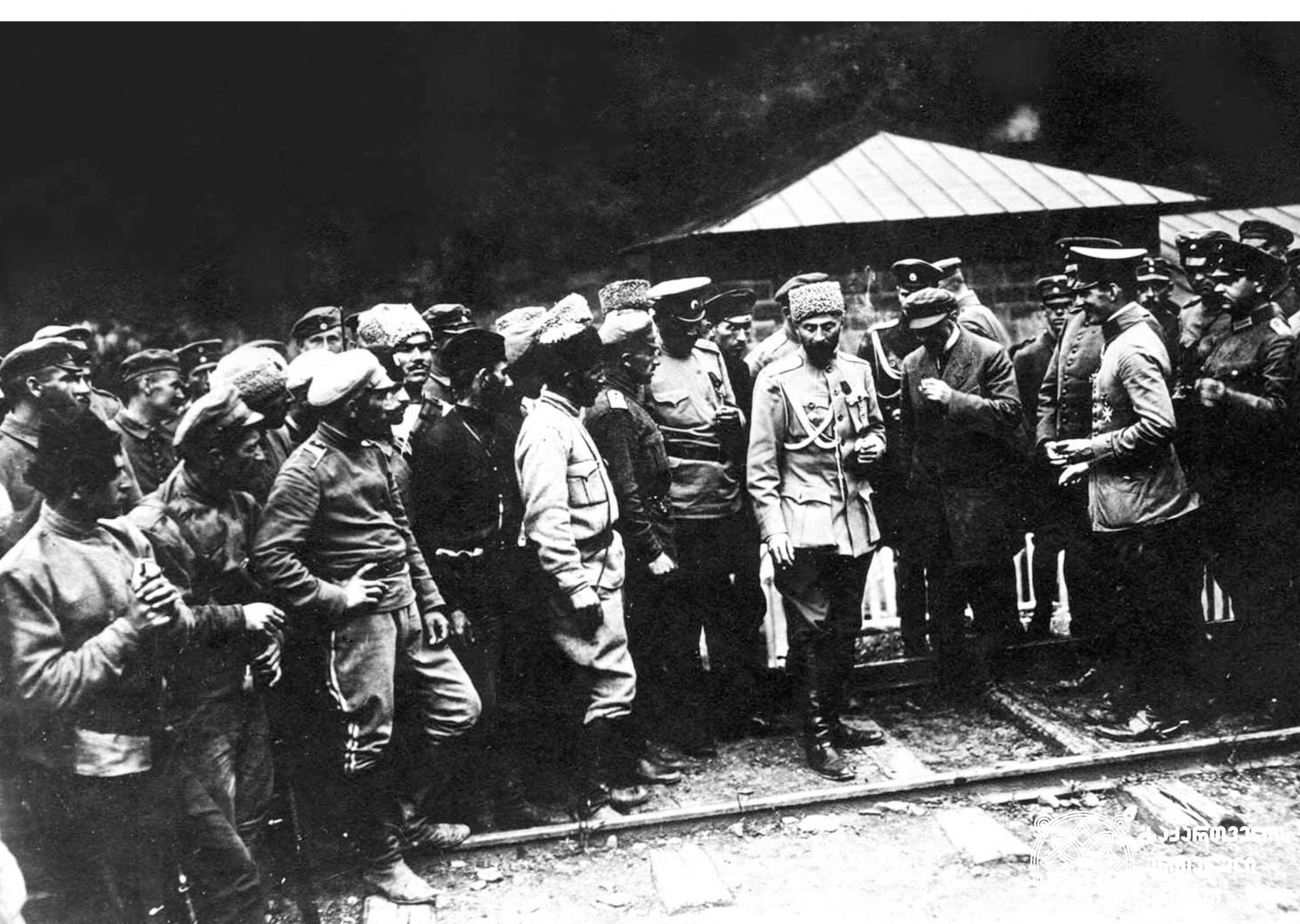 გენერალი გიორგი კვინიტაძე, ამიერკავკასიის ჯარების მთავარსარდალი და სამხედრო მინისტრის მოადგილე, ქართველ და გერმანელ სამხედროებთან ერთად. <br> General Giorgi Kvinitadze, Commander-in-chief of the Transcaucasian Army and the Deputy Military Minister, together with the Georgian and German militaries.