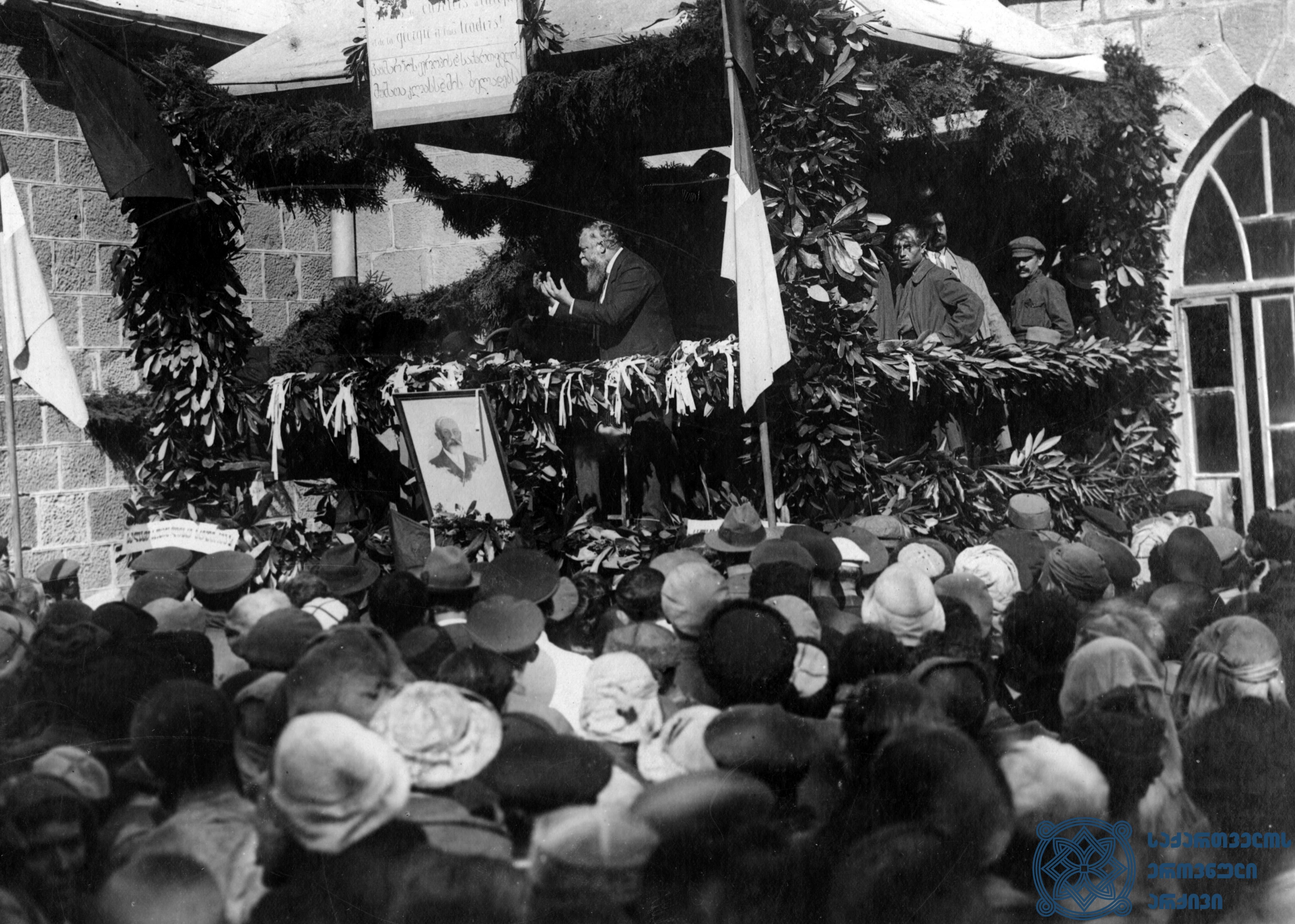 ფრანგი სოციალისტის – ალბერტ ინგელსის – სიტყვით გამოსვლა თბილისის მუშათა ერთ-ერთ მიტინგზე. 1920 წლის სექტემბერი. <br> French Socialist Albert Ingels is giving a speech at one of the workers' rallies in Tbilisi. September 1920.