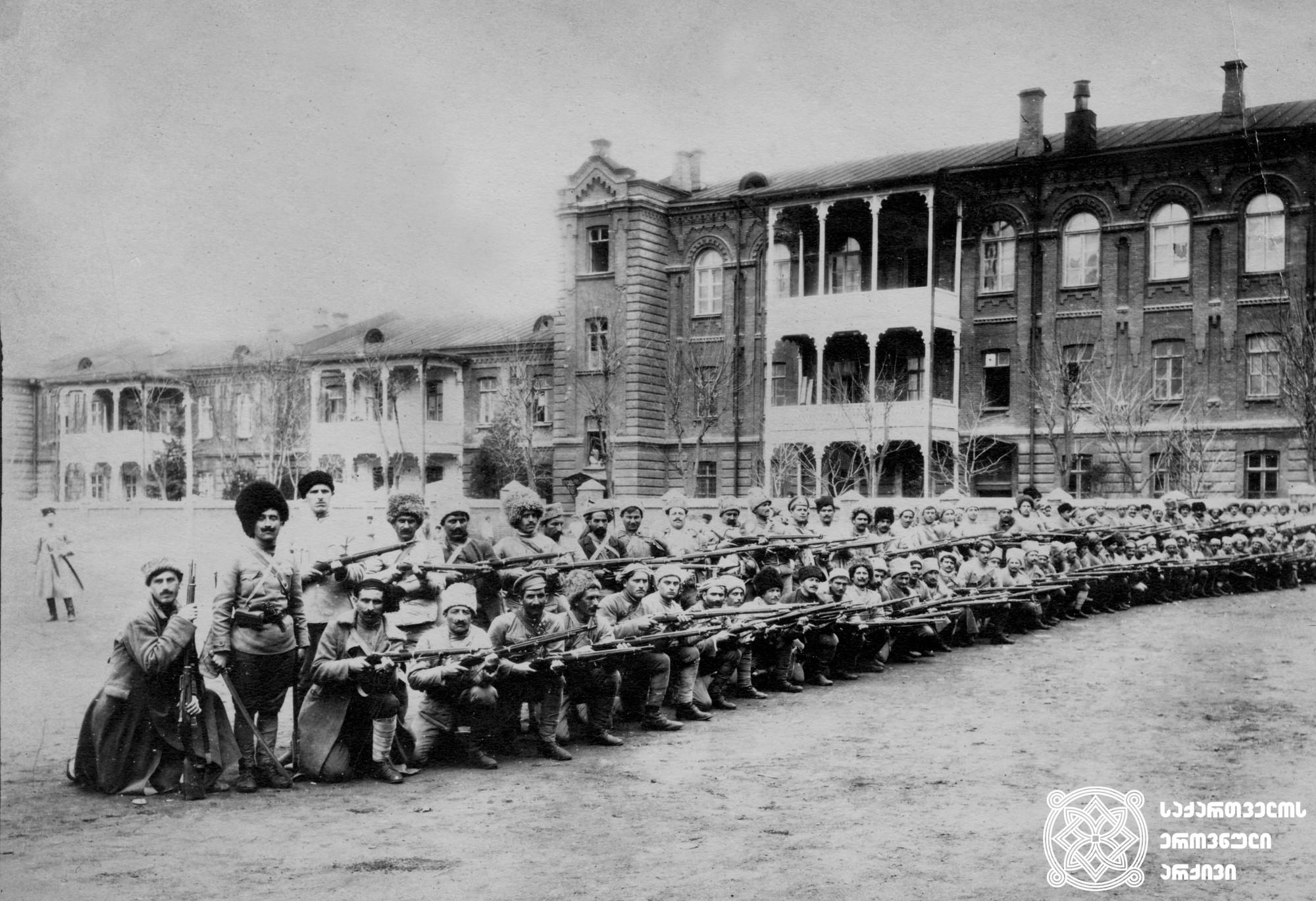 საქართველოს სახალხო გვარდიის ქვეითი ჯარისკაცები. <br>  თბილისი, 1920-1921 წლები. <br>  The infantry soldiers of the People's Guard of Georgia. <br>  Tbilisi, 1920-1921.