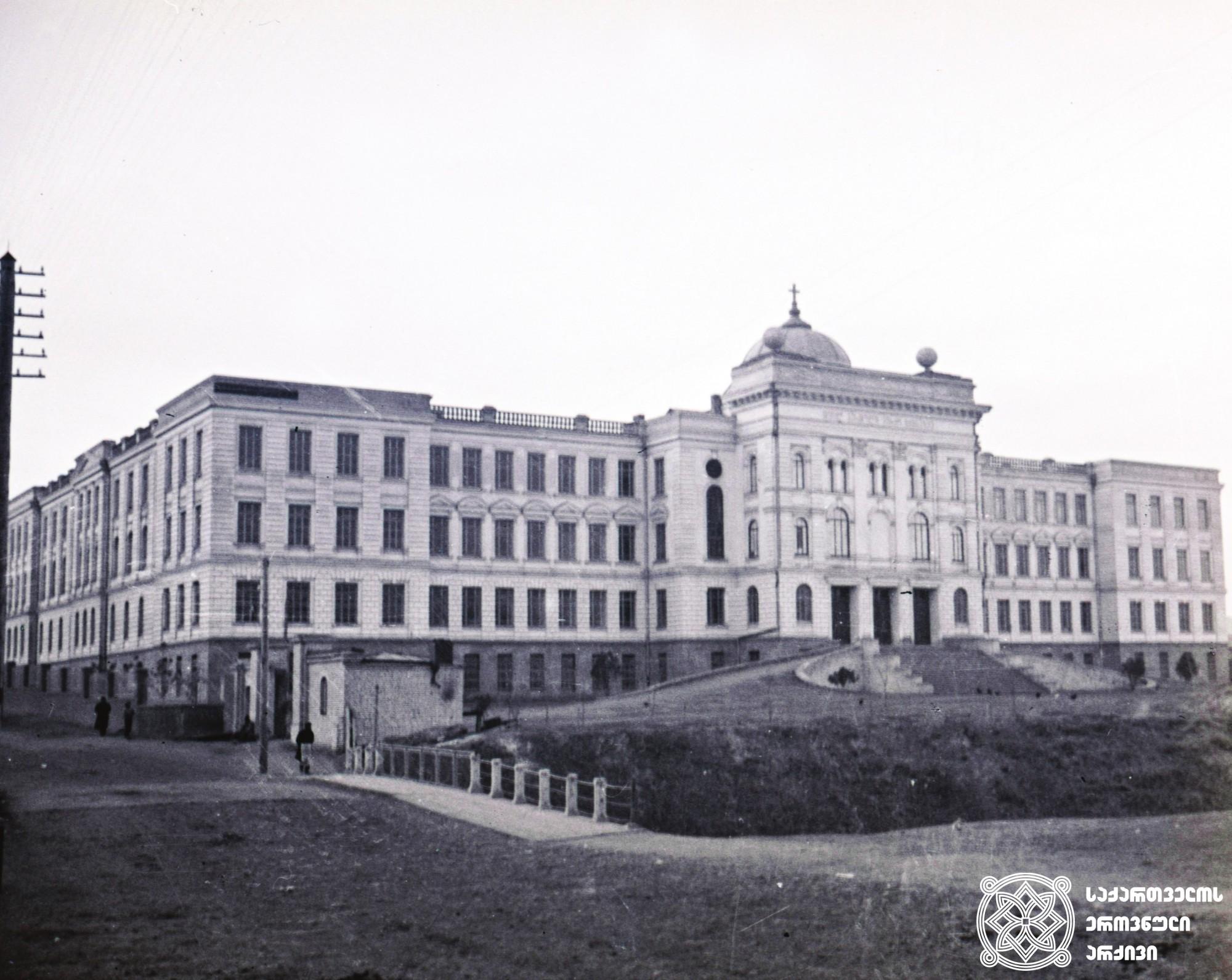 ქართული უნივერსიტეტი (მოგვიანებით თბილისის სახელმწიფო უნივერსიტეტი) <br> პირველი უნივერსიტეტი ამიერკავკასიაში. გაიხსნა 1918 წლის 26 იანვარს (8 თებერვალი), ამიერკავკასიის კომისარიატის პერიოდში. <br> Georgian University <br> The first University in the Transcaucasia. It was opened on 26 January (8 February), 1918, in the period of the Transcaucasian Commissariat