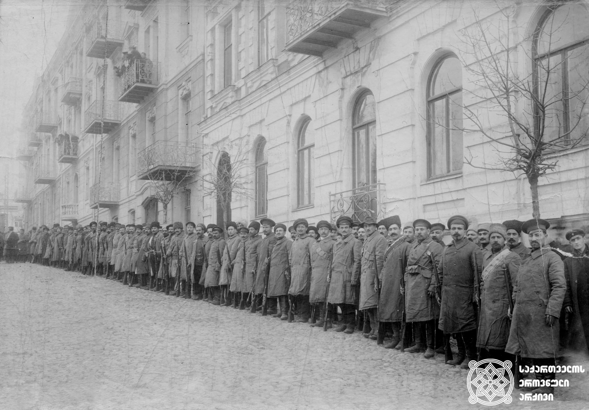მობილიზებული ჯარისკაცები და სახალხო გვარდიელები ფრონტისკენ მიემგზავრებიან. <br> თბილისი, 1921 წელი. <br> Mobilized soldiers and People's Guardsmen are marching to the front. <br> Tbilisi, 1921.