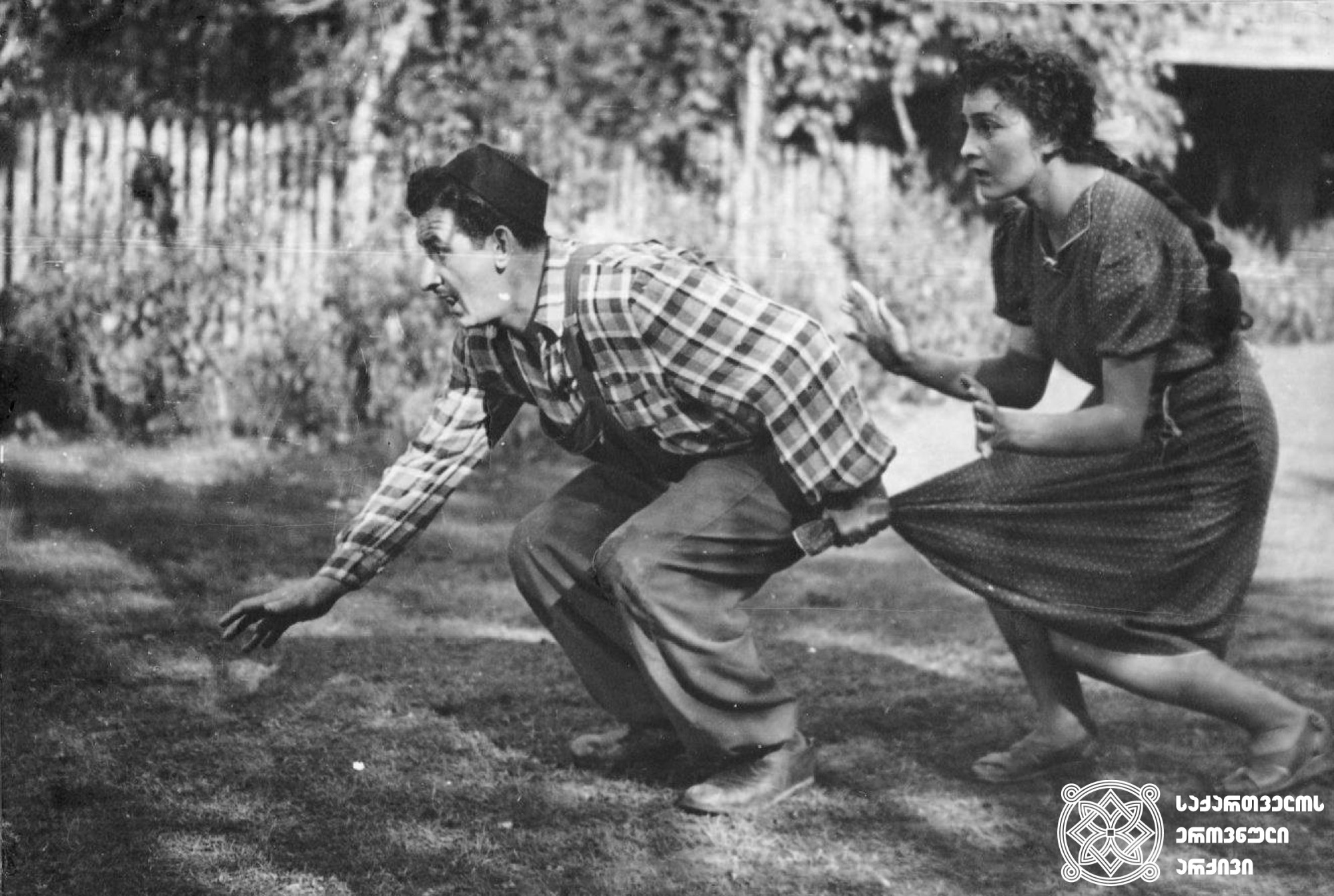 """მხატვრული ფილმი """"ჭრიჭინა"""". დოდო აბაშიძე და ლეილა აბაშიძე გადასაღებ მოედანზე. <br> რეჟისორები: სიკო დოლიძე, ლევან ხოტივარი. <br> 1954. <br> Feature film """"Chrichina"""" (The Dragonfly). Dodo Abashidze and Leila Abashidze on the filming location. <br> Directors: Siko Dolidze and Levan Khotivari. <br> 1954."""