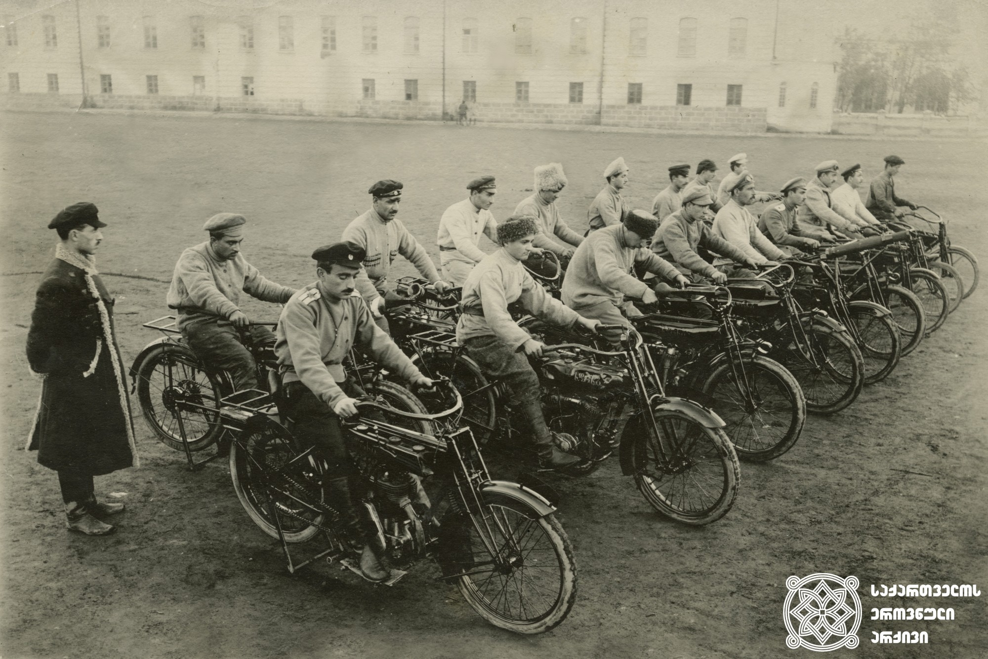 სახალხო გვარდიის მეტყვიამფრქვევე-მოტოციკლისტთა რაზმი. <br>  თბილისი, 1918-21 წლები. <br> Cyclists' machine-gun unite of the people's guard. <br> Tbilisi, 1918-1921.