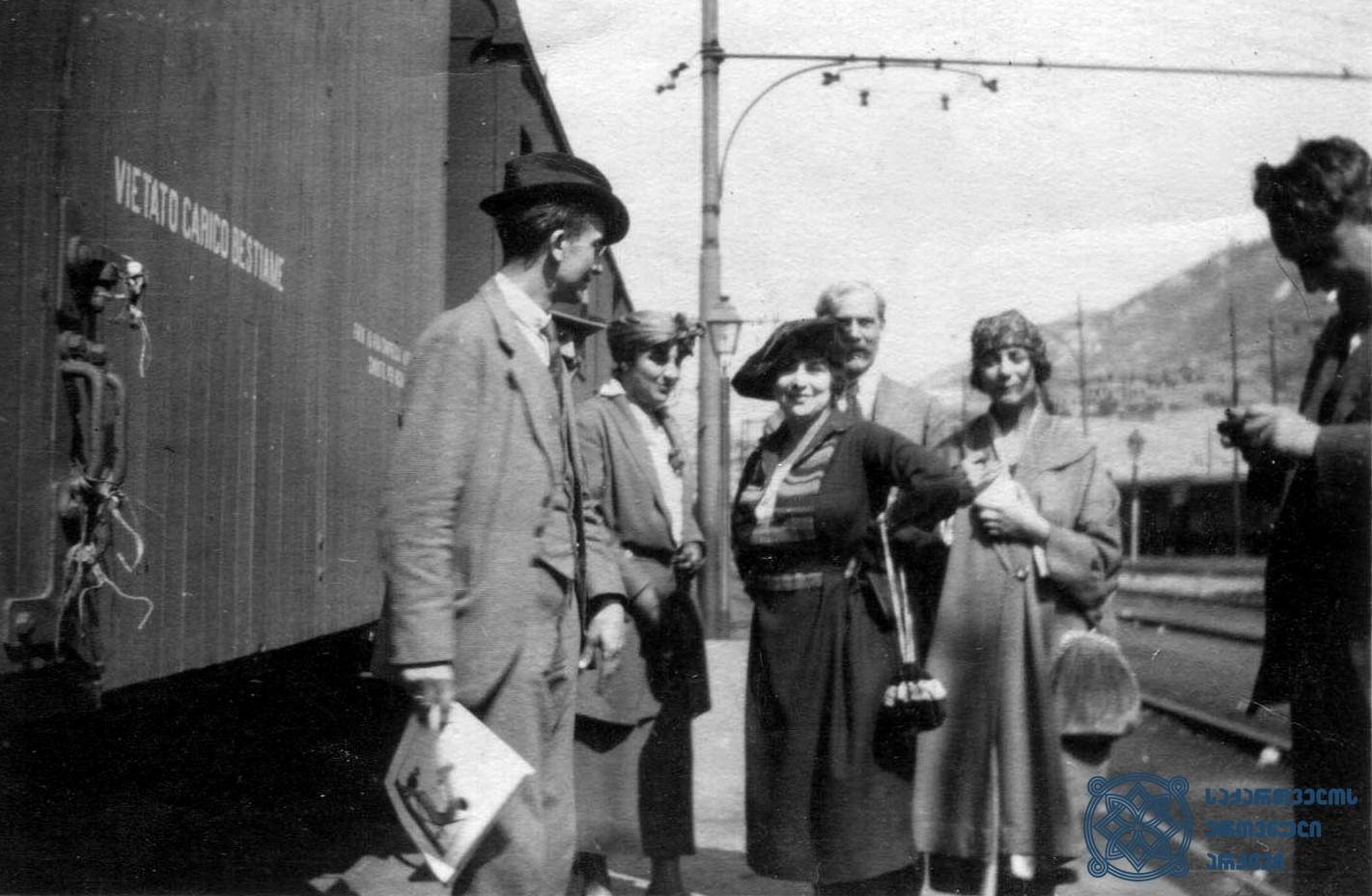 მეორე სოციალისტური ინტერნაციონალის წევრები საქართველოში მოგზაურობისას. 1920 წლის სექტემბერი. <br> The trip of the members of the delegation of the Second Socialist International to Georgia. September 1920.