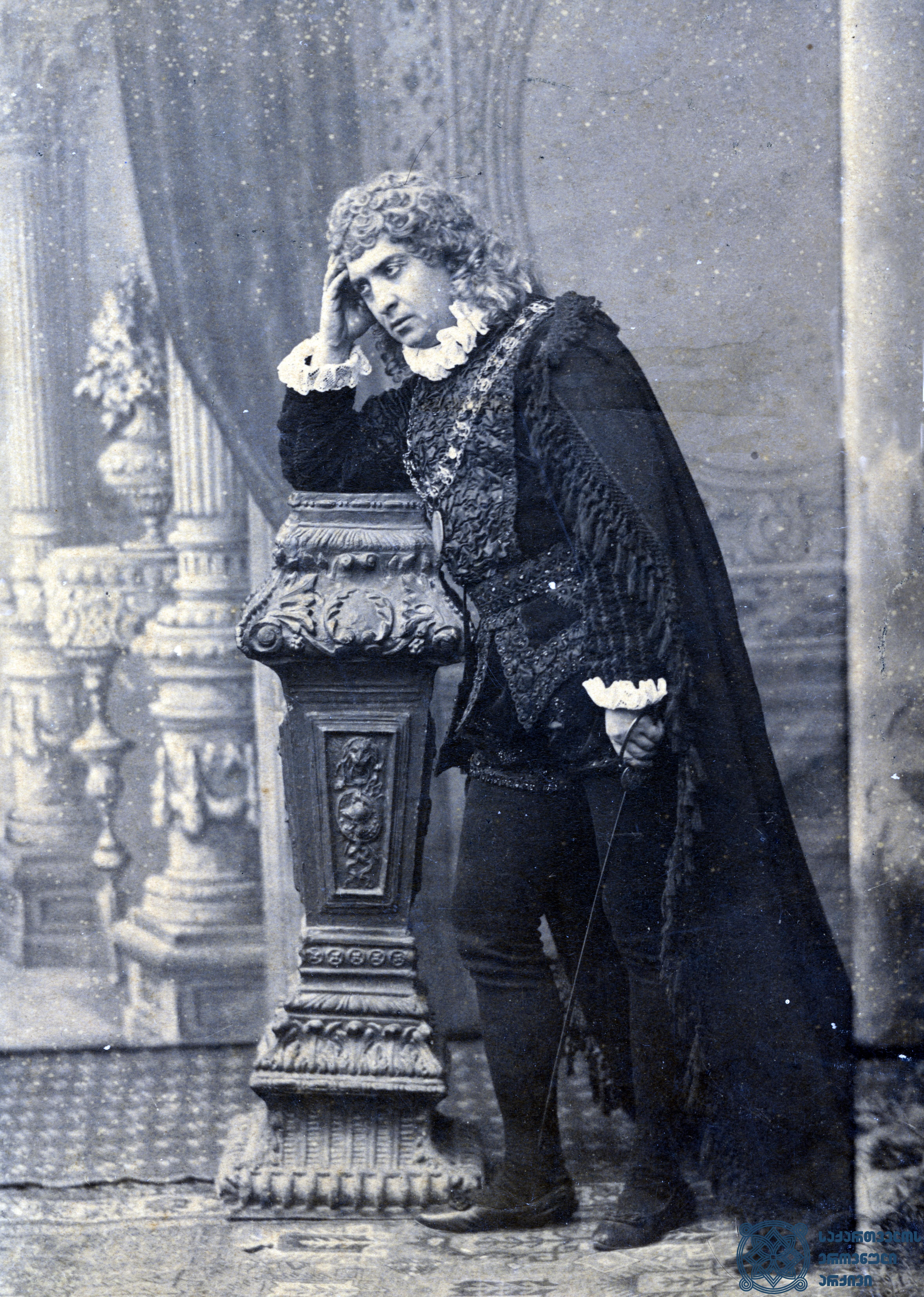 """სპექტაკლი """"ჰამლეტი"""". მსახიობი ლადო მესხიშვილი როლში.  <br> ალექსანდრე როინაშვილის ფოტო, 1890-1896 წლები. <br> The performance """"Hamlet"""". Actor Lado Meskhishvili in the role. <br> Photo by Alexandre Roinashvili, 1890-1896."""