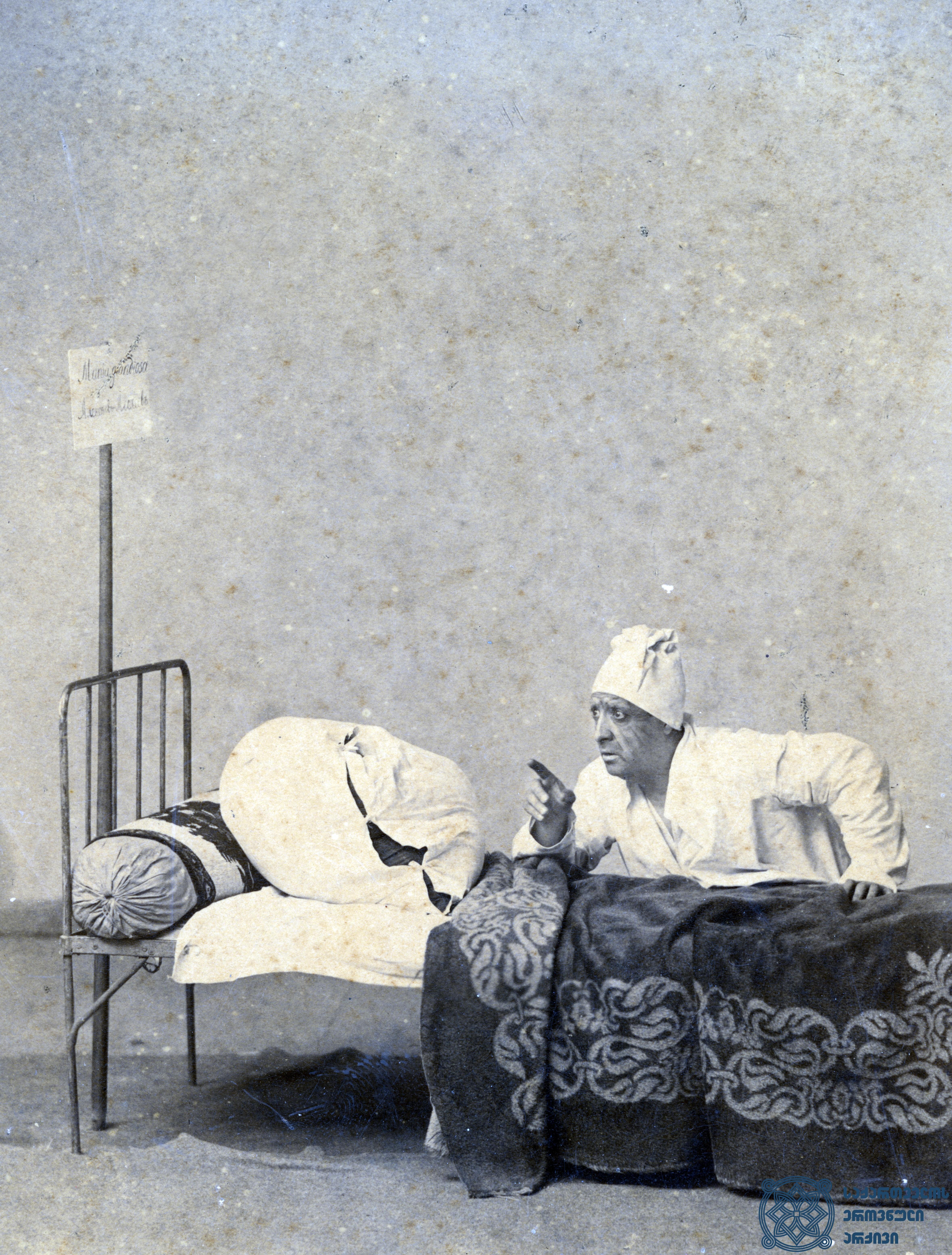 """სპექტაკლი """"შეშლილის  წერილები"""". მსახიობი ლადო მესხიშვილი როლში. <br> აბრამ ნორდშტეინის ფოტო. ქუთაისი, 1897-1906 წლები. <br> The performance """"Sheshlilis Tserilebi"""" (""""Mad's Letters""""). Actor Lado Meskhishvili in the role.<br> Photo by Abram Nordstein. Kutaisi, 1897-1906."""