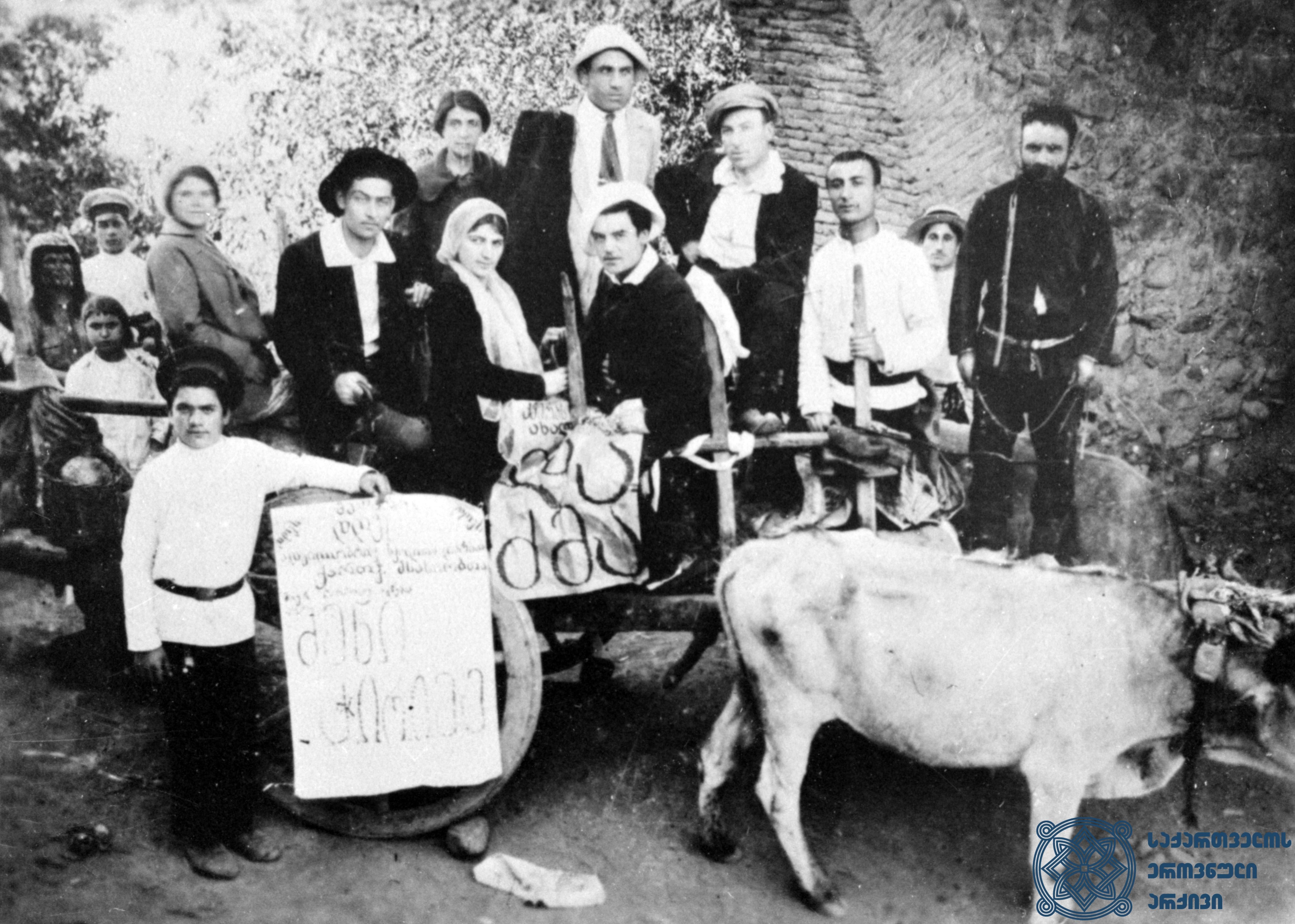 ნ. გვარაძის მოძრავი თეატრალური დასი სიღნაღის მაზრაში ურმით მოგზაურობის დროს. 1914 წელი.<br> N. Gvaradze's moving theatrical troupe while traveling by Bullock cart in Sighnaghi Uyezd. 1914.