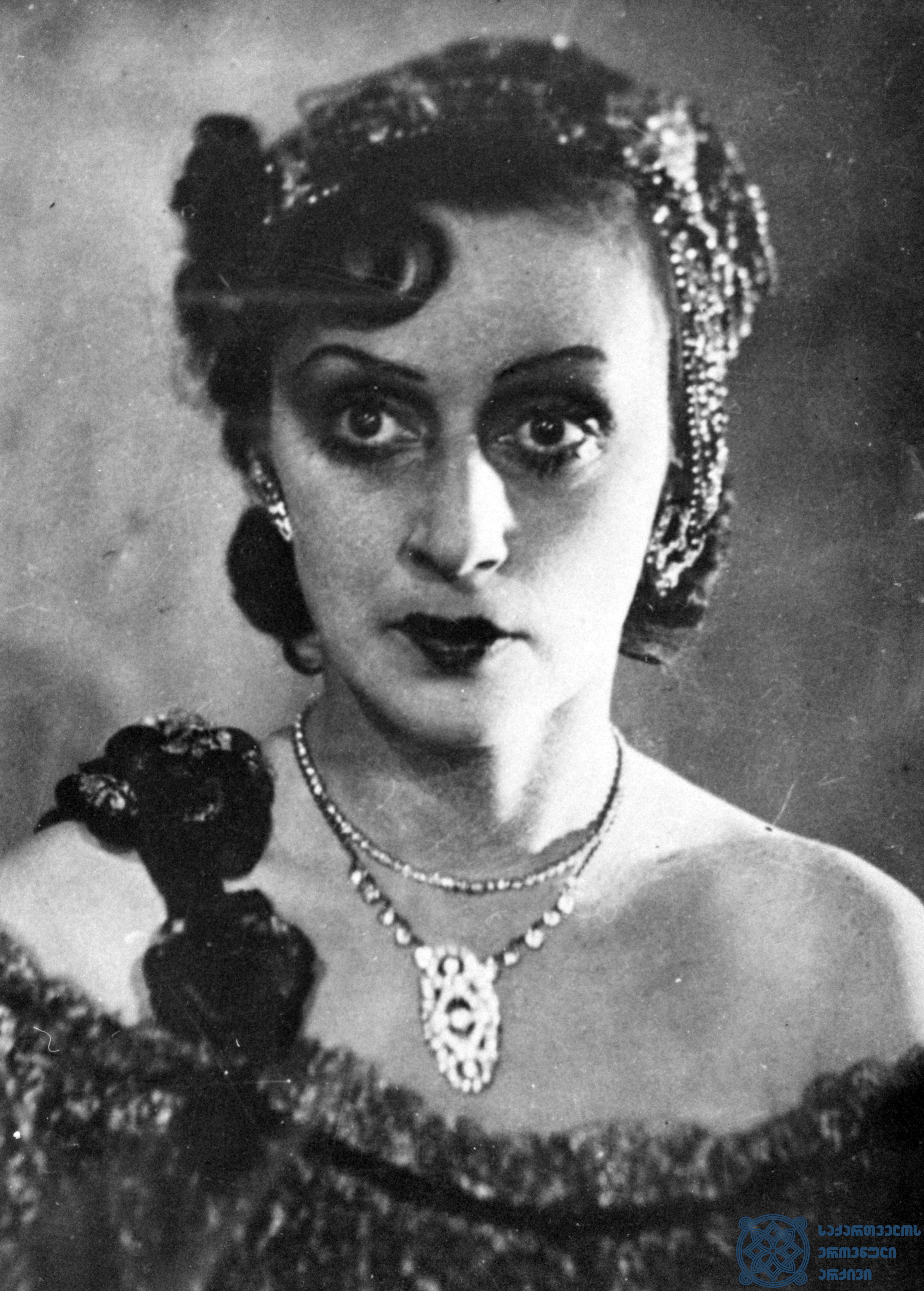 """მარჯანიშვილის სახელობის აკადემიური თეატრის სპექტაკლი """"მარგარიტა გოტიე"""". მარგარიტა – ვერიკო ანჯაფარიძე. <br> 1940 წელი. <br> The Marjanishvili Academic Theater performance """"Margarita Gauthier"""". Veriko Anjaparidze as Margarita. <br> 1940."""