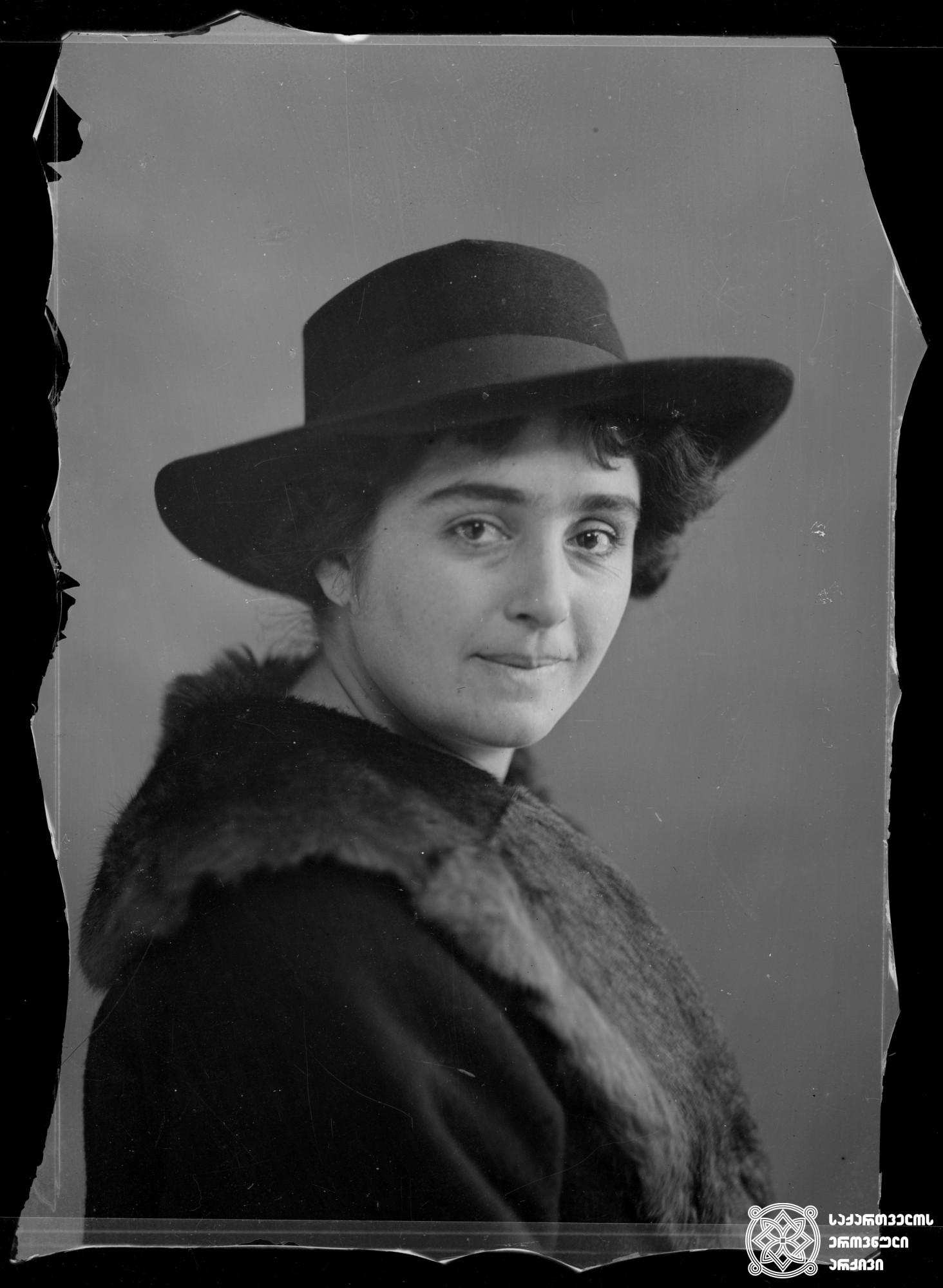 მსახიობი მარო მდივანი. 1908. <br> მინის ნეგატივი 10X14. <br> Actor Maro Mdivani. 1908. <br> Glass negative 10X14. <br>