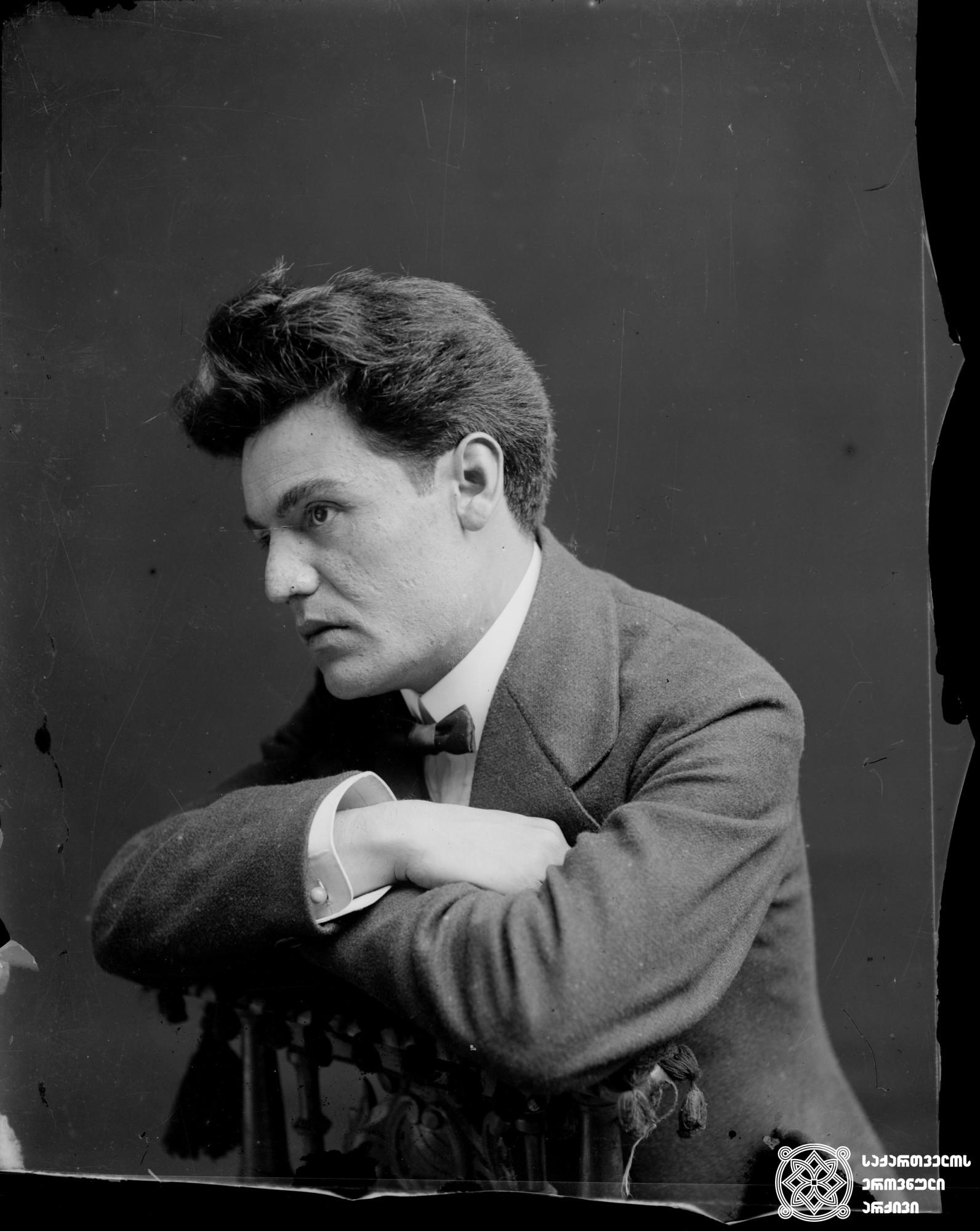 მსახიობი ნიკო (ნიკოლოზ) გვარაძე (1883-1960). <br> მინის ნეგატივი 10X13. <br> Actor Niko (Nikoloz) Gvaradze (1883-1960). <br> Glass negative 10X13.