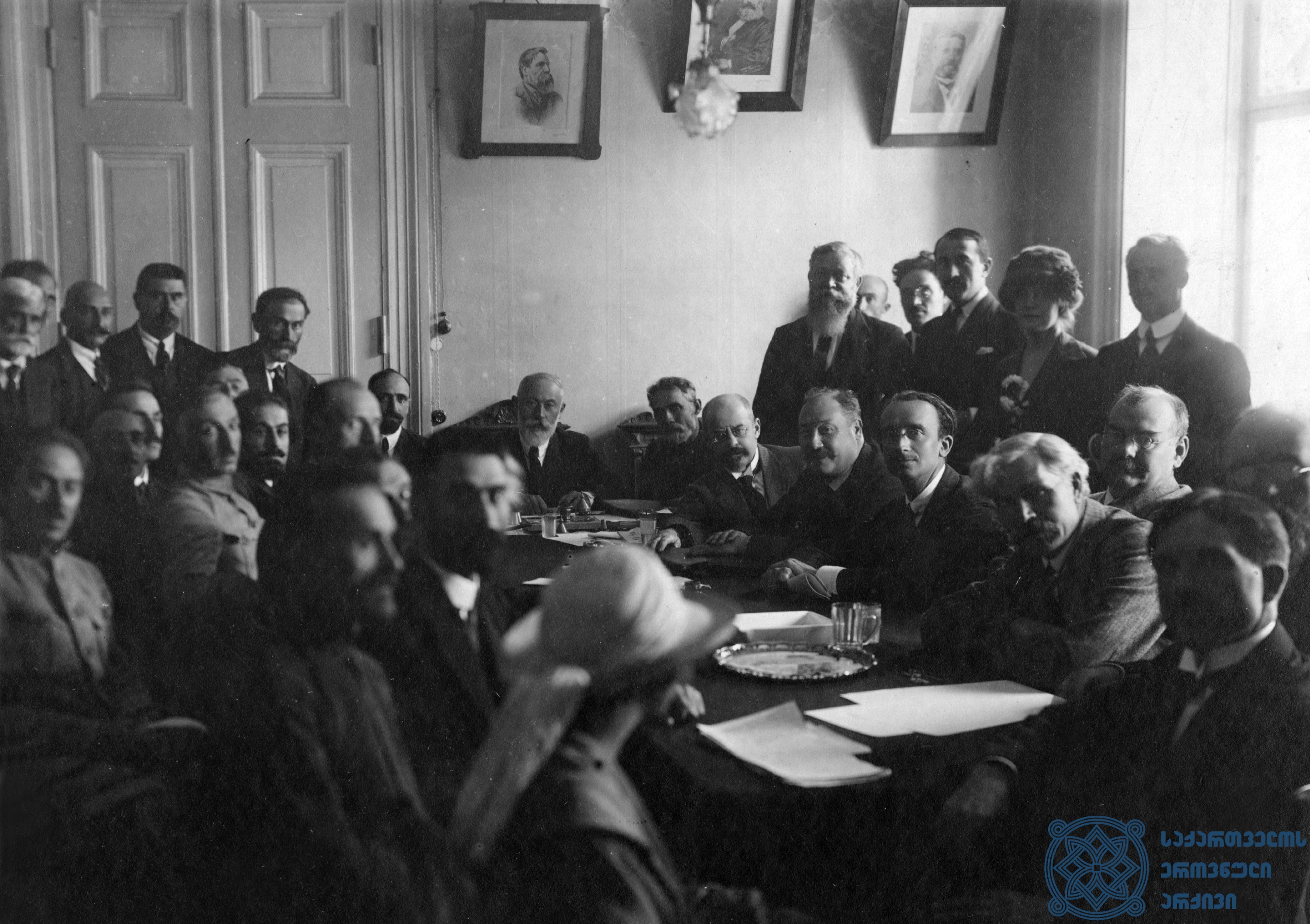 მეორე სოციალისტური ინტერნაციონალის დელეგაცია საქართველოს მთავრობის თავმჯდომარე ნოე ჟორდანიასთან მიღებაზე თბილისში. 1920 წლის სექტემბერი. <br> The delegation of the Second Socialist International is attending a reception, held by Noe Zhordania, the Chairman of the Government of Georgia in Tbilisi. September 1920.