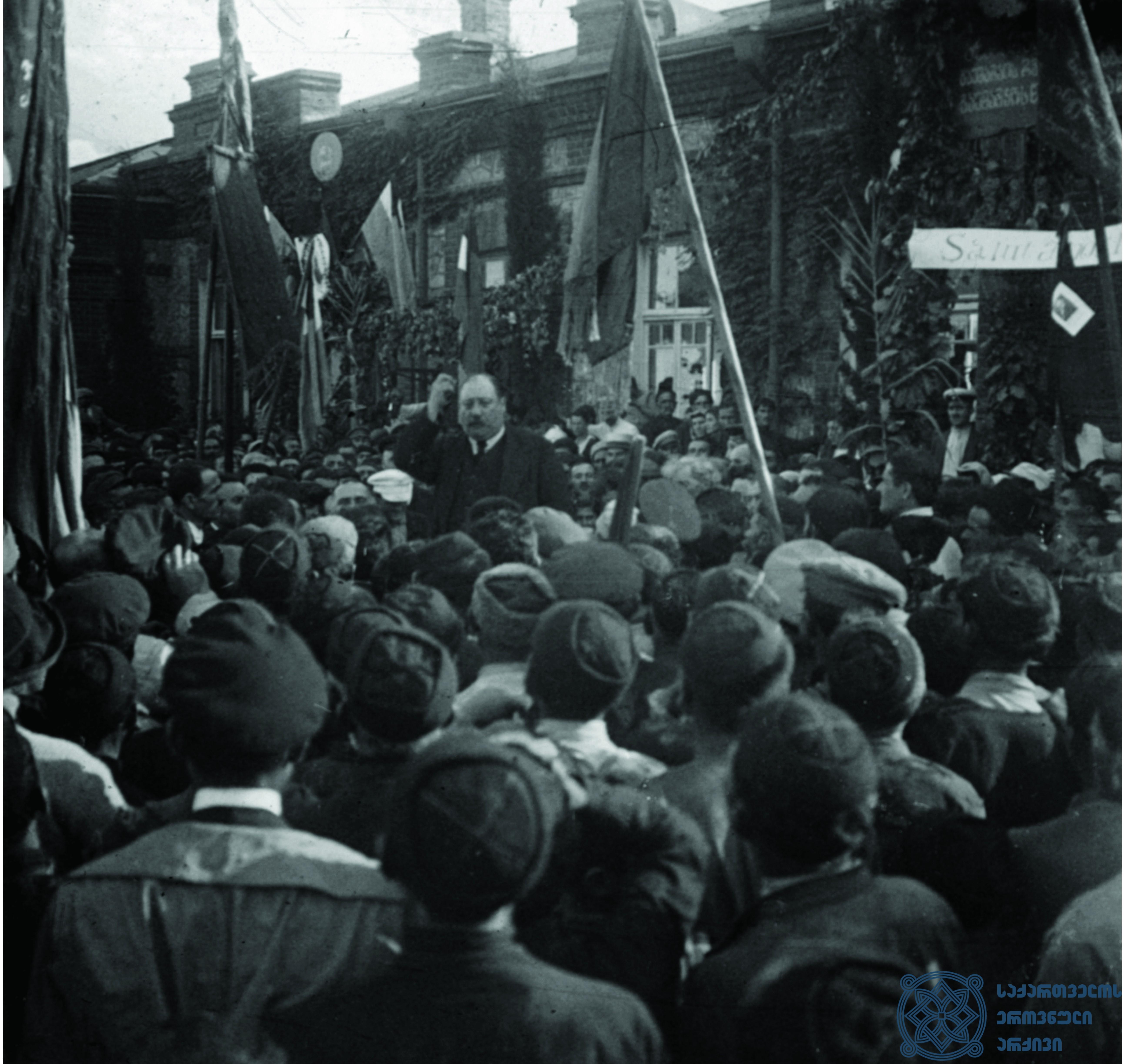 ფრანგი სოციალისტის – პიერ რენოდელის – სიტყვით გამოსვლა მეორე სოციალისტური ინტერნაციონალის დელეგაციის ვიზიტის პატივსაცემად გამართულ დემონსტრაციაზე გურჯაანში. 1920 წლის სექტემბერი. <br> French Socialist Pierre Renaudel is giving a speech at a demonstration, held in Gurjaani, dedicated to the visit of the delegation of the Second Socialist International. September 1920.