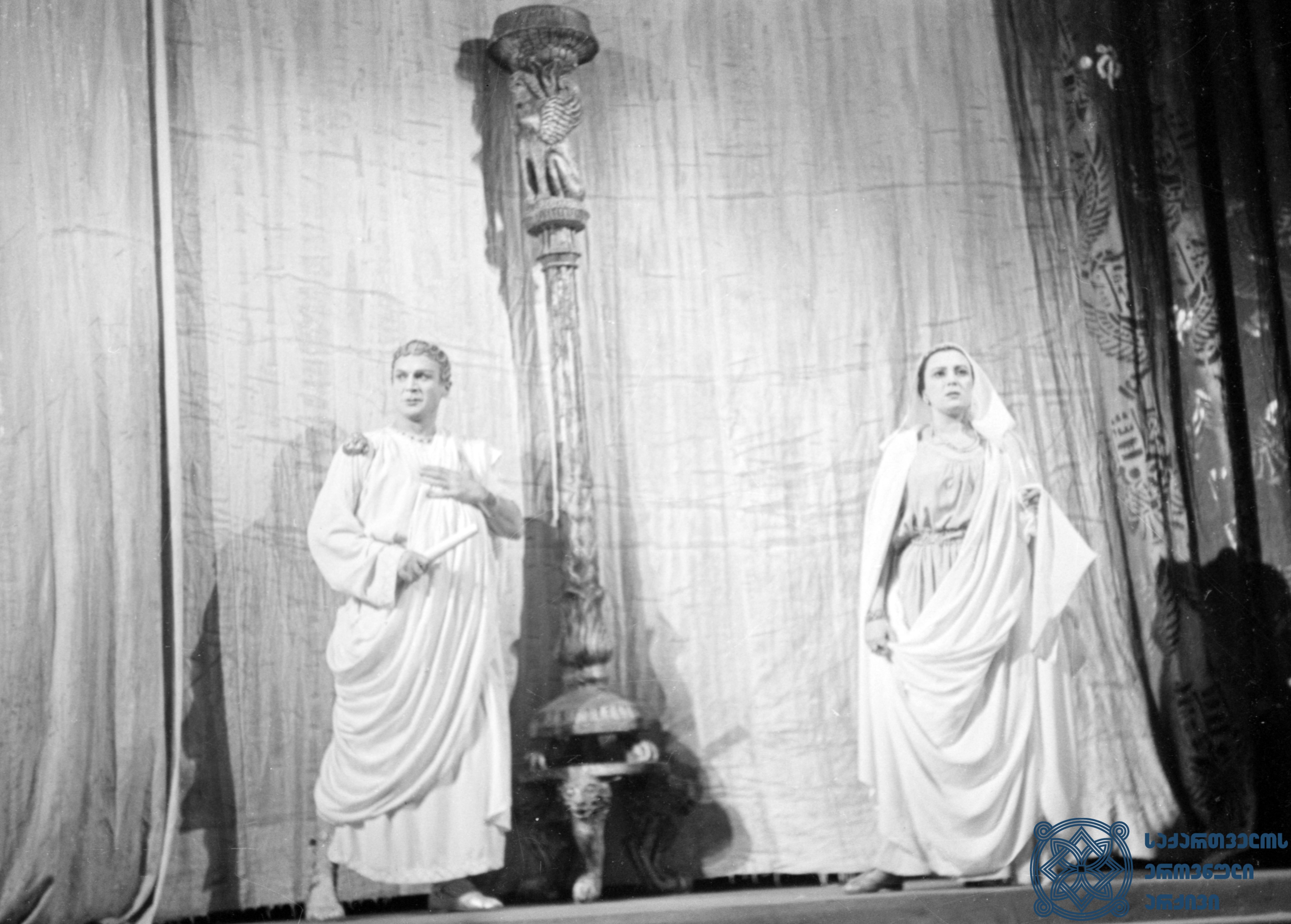 """მარჯანიშვილის სახელობის აკადემიური თეატრის სპექტაკლი """"ანტონიოს და კლეოპატრა"""".  კეისარი – გიორგი შავგულიძე, ოქტავია – თამარ ციციშვილი. <br> ვახტანგ ტაბლიაშვილის დადგმა. 1951 წელი. <br> The Marjanishvili Academic Theater performance """"Antony and Cleopatra"""". Giorgi Shavgulidze as Caesar, Tamar Tsitsishvili as Octavia.<br> Vakhtang Tabliashvili's staging. 1951."""