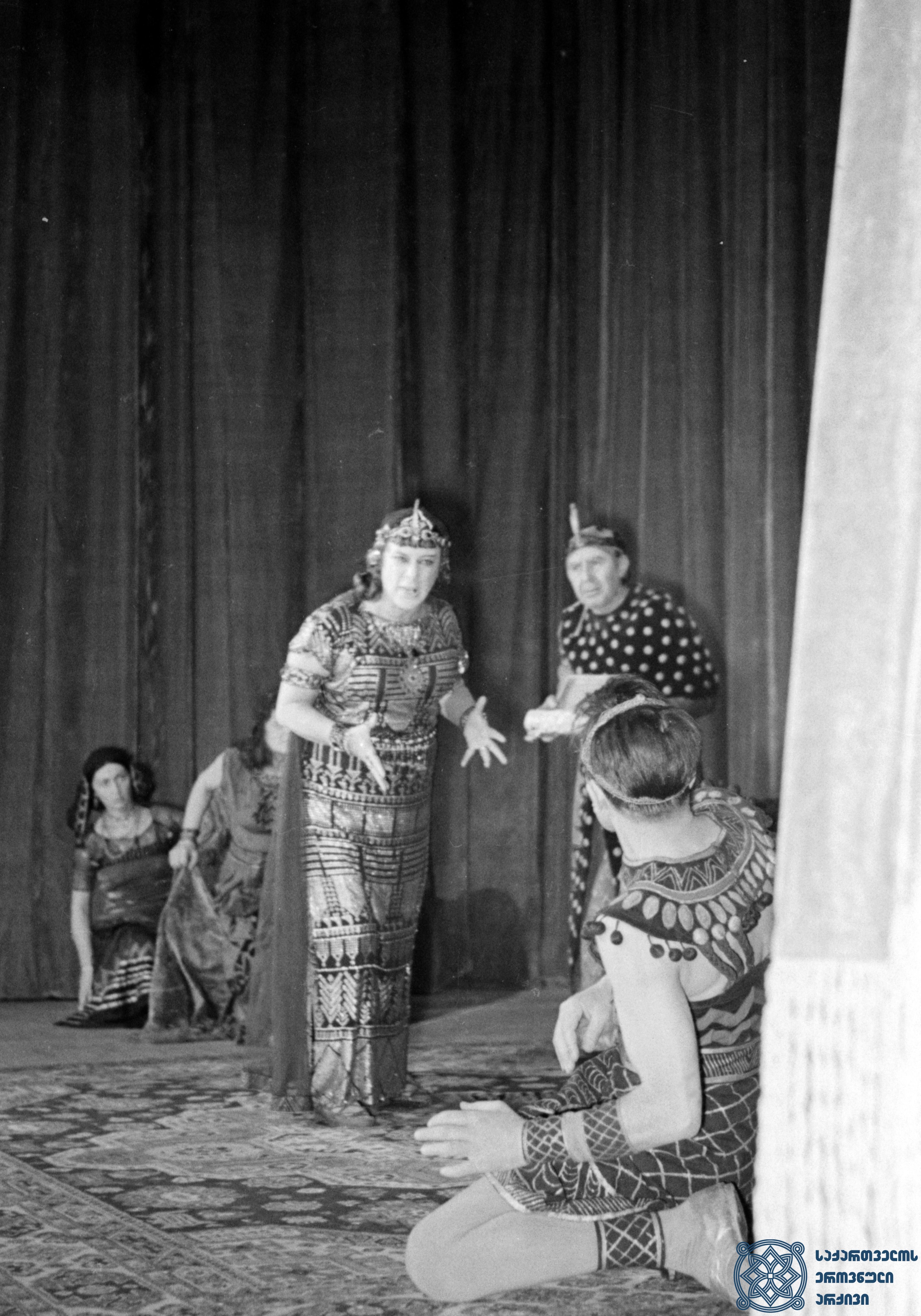 """მარჯანიშვილის სახელობის აკადემიური თეატრის სპექტაკლი """"ანტონიოს და კლეოპატრა"""".   კლეოპატრა – ვერიკო ანჯაფარიძე. <br> ვახტანგ ტაბლიაშვილის დადგმა. 1951 წელი.<br> The Marjanishvili Academic Theater performance """"Antony and Cleopatra"""". Veriko Anjapharidze as Cleopatra.<br> Vakhtang Tabliashvili's staging. 1951."""