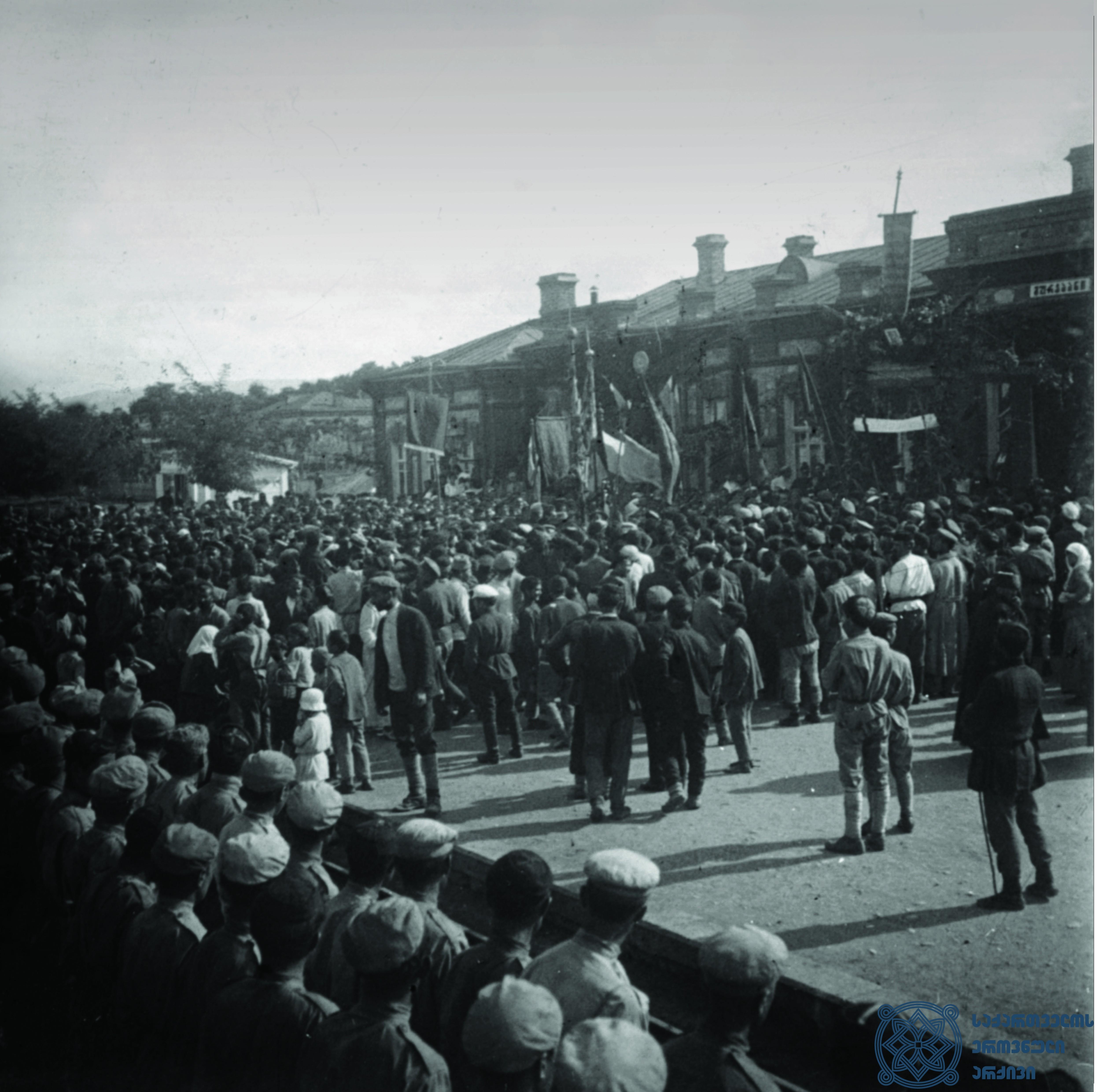 მეორე სოციალისტური ინტერნაციონალის დელეგაციის ვიზიტის პატივსაცემად გამართული დემონსტრაცია გურჯაანში. 1920 წლის  სექტემბერი. <br> Demonstration, held in Gurjaani, dedicated to the visit of the delegation of the Second Socialist International. September 1920.