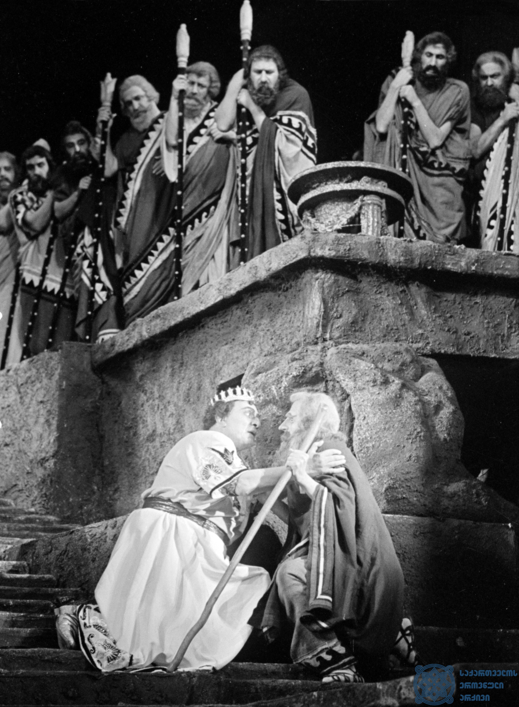 """რუსთაველის სახელობის აკადემიური თეატრის სპექტაკლი """"ოიდიპოს მეფე"""". <br> ოიდიპოსი – აკაკი ხორავა, მწყემსი – ბადრი კობახიძე. <br> 1958 წელი.<br> The Rustaveli Academic Theater performance """"Oedipus the King"""". <br> Akaki Khorava as Oedipus, Badri Kobakhidze as Shepherd. <br> 1958."""