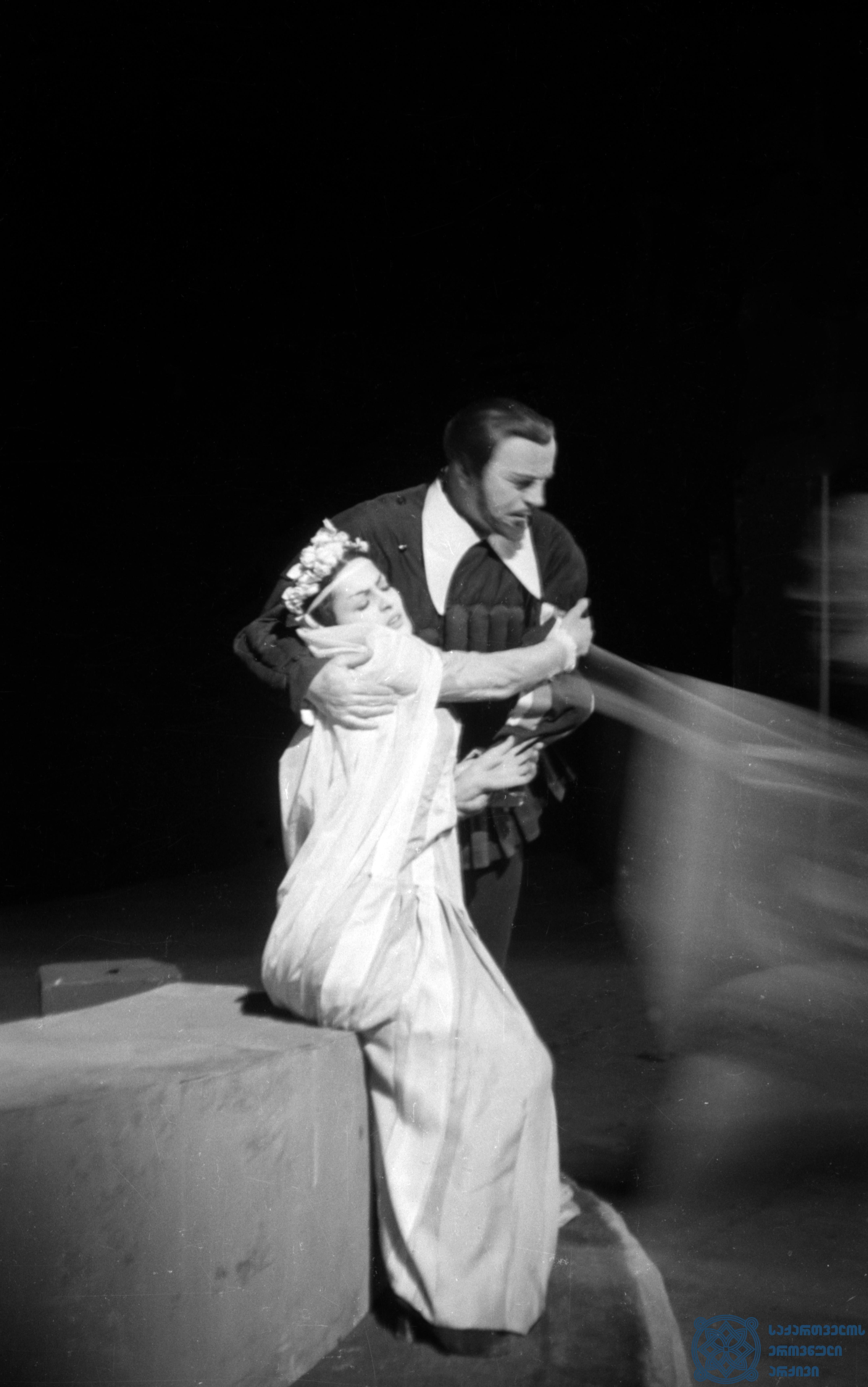 """მარჯანიშვილის სახელობის აკადემიური თეატრის სპექტაკლი """"ურიელ აკოსტა"""". <br> ივდითი – დოდო ჭიჭინაძე, აკოსტა – პიერ კობახიძე. <br> 1958 წელი. <br> The Marjanishvili Academic Theater performance """"Uriel Acosta"""". <br> Dodo Chichinadze as Ivdit, Pier Kobakhidze as Acosta.<br> 1958."""