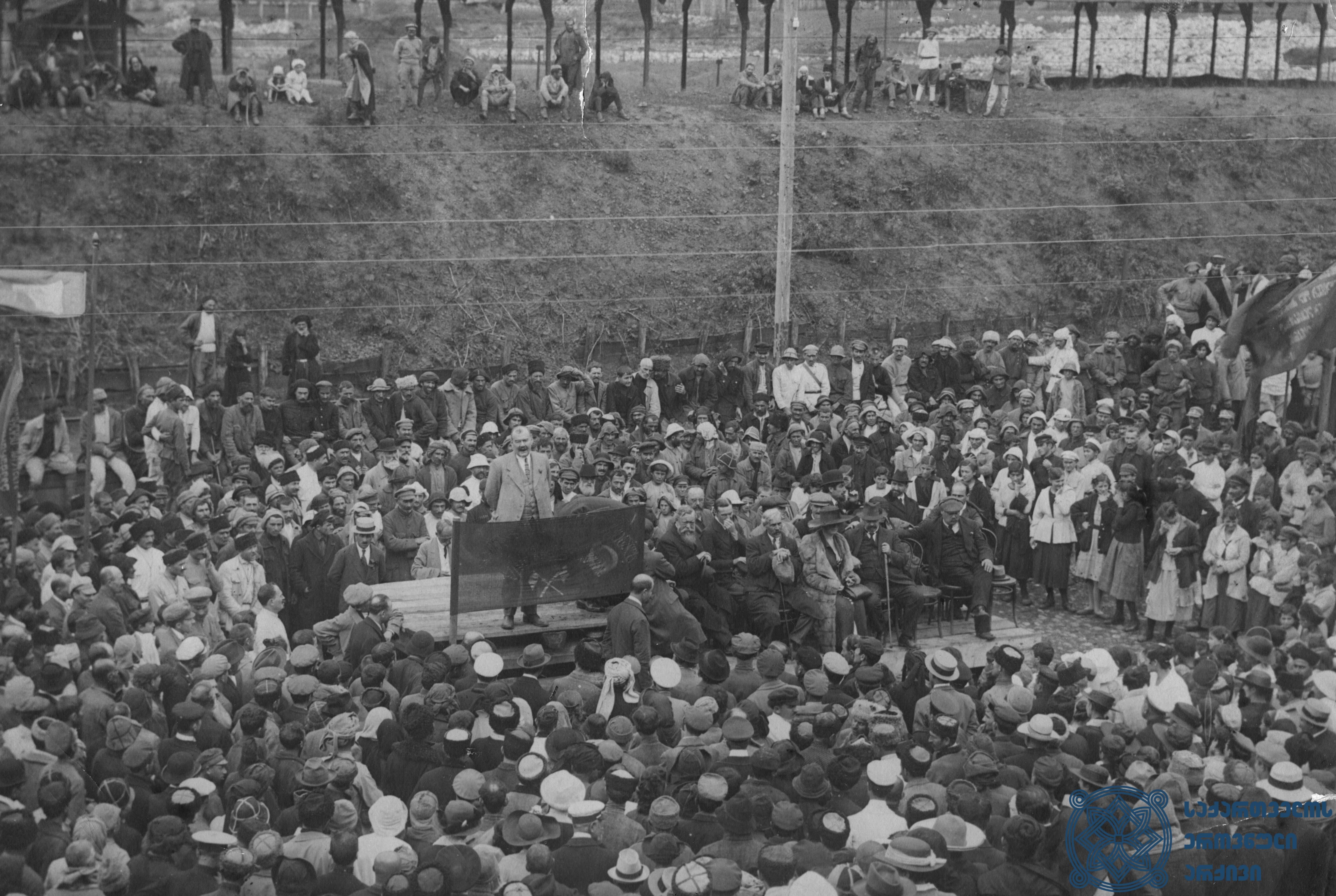 ფრანგი სოციალისტის – პიერ რენოდელის – სიტყვით გამოსვლა ჭიათურაში გამართულ  ერთ-ერთ მიტინგზე. 1920 წლის სექტემბერი. <br> French Socialist – Pierre Renaudel – is giving a speech at one of the rallies in Chiatura. September 1920.