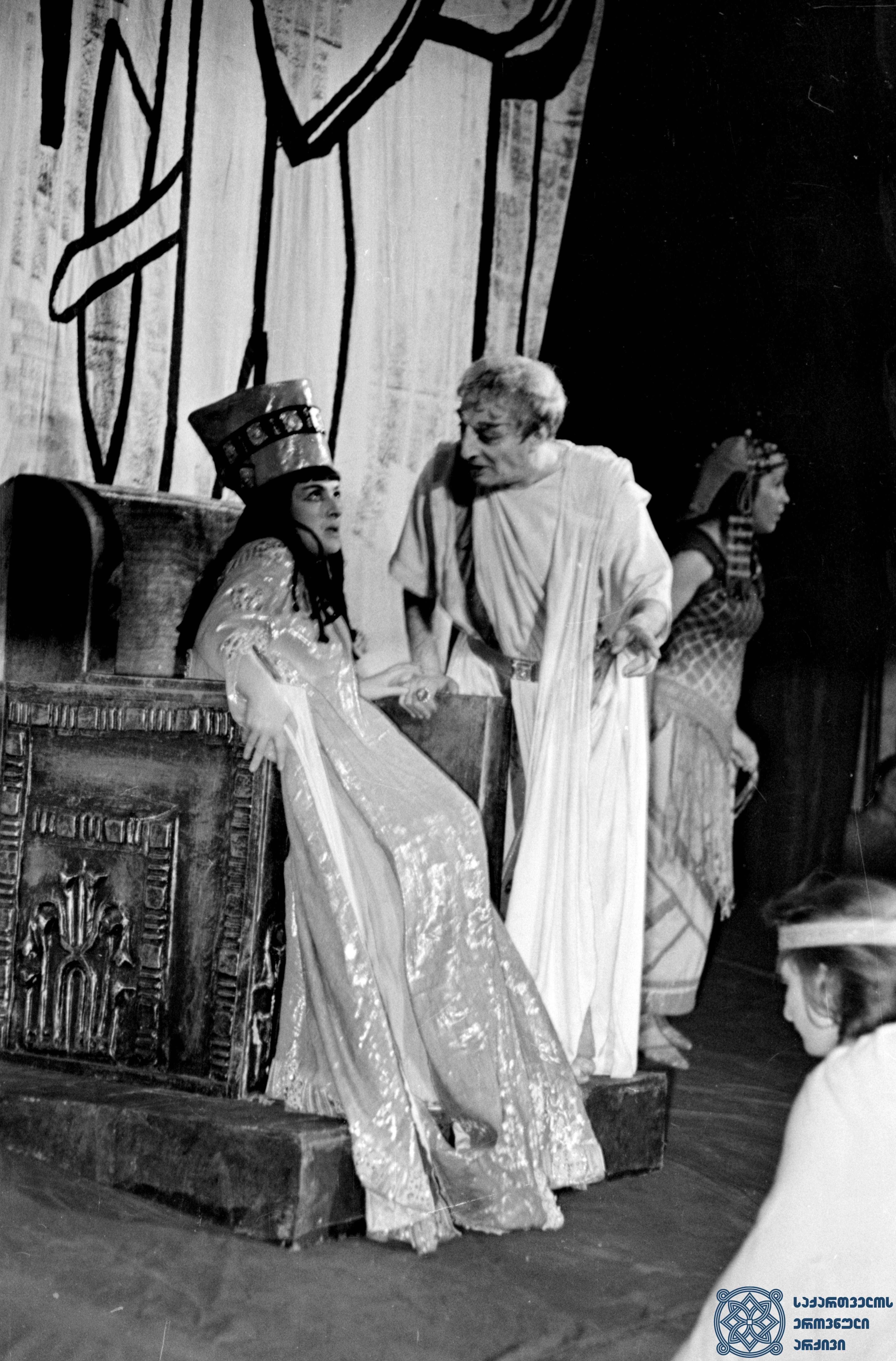 """მარჯანიშვილის სახელობის აკადემიური თეატრის სპექტაკლი """"იულიუს კეისარი და კლეოპატრა"""".<br> იულიუსი – ვასო გოძიაშვილი, კლეოპატრა – მედეა ჯაფარიძე. <br> 1960 წელი.<br> The Marjanishvili Academic Theater performance """"Julius Caesar and Cleopatra"""".<br> Vaso Godziashvili as Julius, Medea Japharidze as Cleopatra.<br> 1960."""