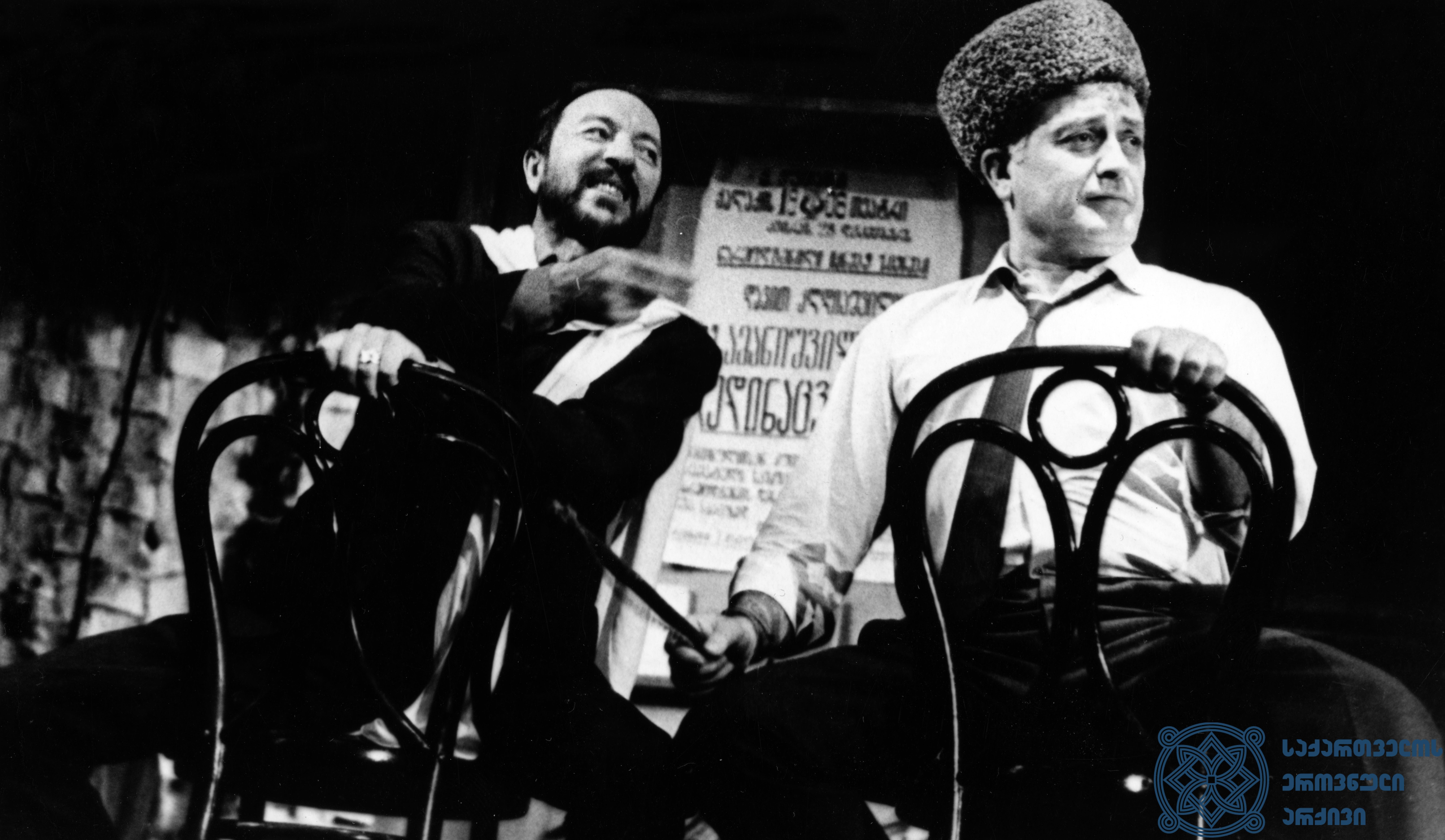 """რუსთაველის სახელობის აკადემიური თეატრის სპექტაკლი """"სამანიშვილის დედინაცვალი"""". პლატონი – გოგი გეგეჭკორი, კირილე – რამაზ ჩხიკვაძე.<br> 1969 წელი. <br> The Rustaveli Academic Theater play """"Samanishvili's Stepmother"""". Gogi Gegechkori as Platoni, Ramaz Chkhikvadze as Kirile.<br> 1969."""