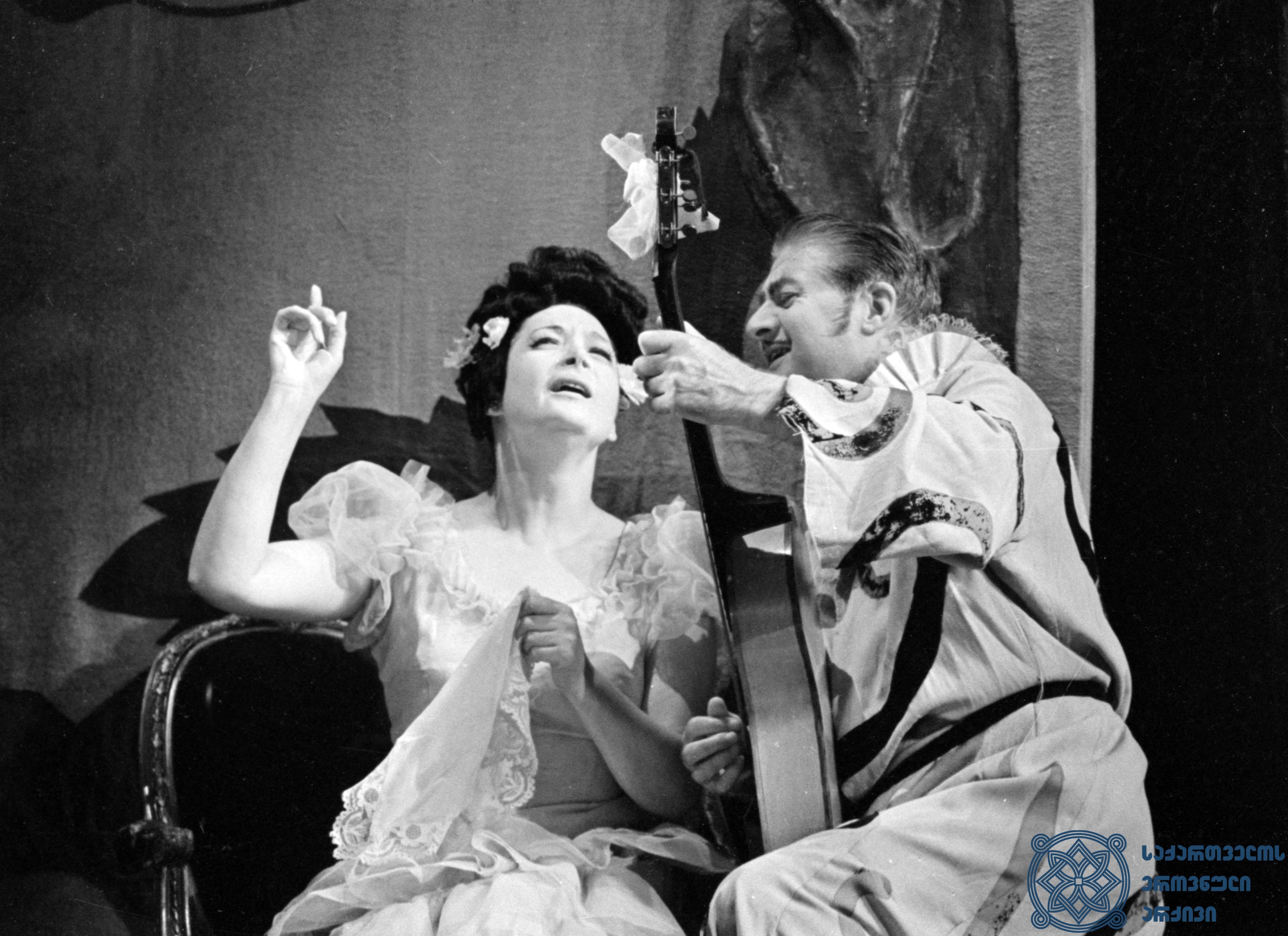 """მარჯანიშვილის სახელობის აკადემიური თეატრის სპექტაკლი """"ძველი ვოდევილები"""". <br> ჭიჭინაძე – გოგი გელოვანი, სონა –ელენე ყიფშიძე. <br> 1972 წელი.<br> The Marjanishvili Academic Theater performance """"Old Vaudeville"""". Gogi Gelovani as Chichinadze, Elene Kiphshidze as Sona.<br> 1972."""