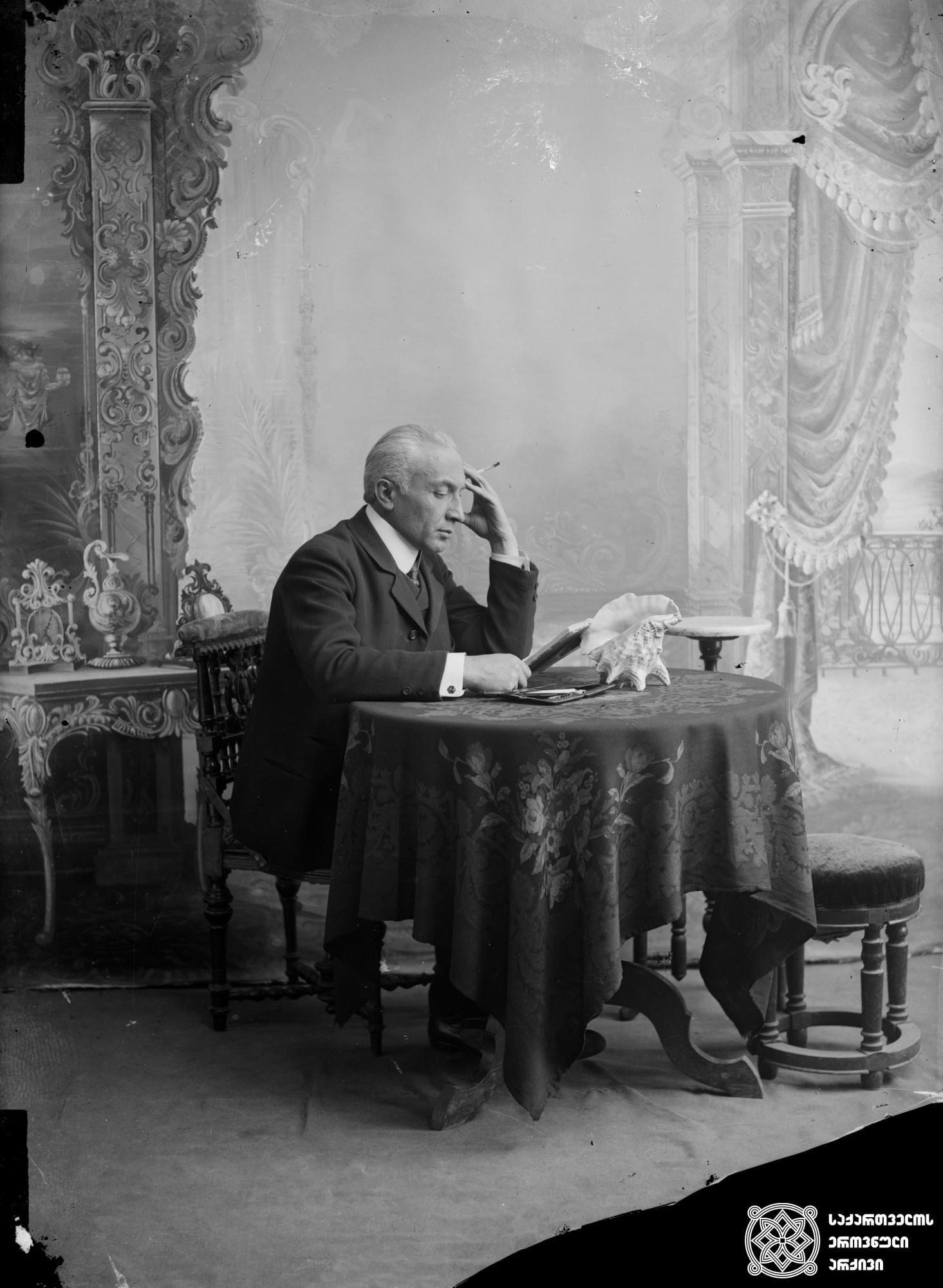 მსახიობი, რეჟისორი და დრამატურგი ვალერიან გუნია (1862-1938). <br> მინის ნეგატივი 12X16. <br> Actor, director and playwright Valerian Gunia (1862-1938). <br> Glass negative 12X16. <br>
