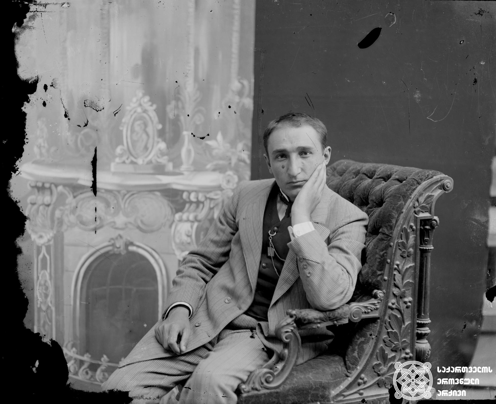 მსახიობი ალექსანდრე იმედაშვილი (1882-1942). <br> მინის ნეგატივი 12X16. <br> Actor Aleksande Imedashvili (1882-1942). <br> Glass negative 12X16. <br>