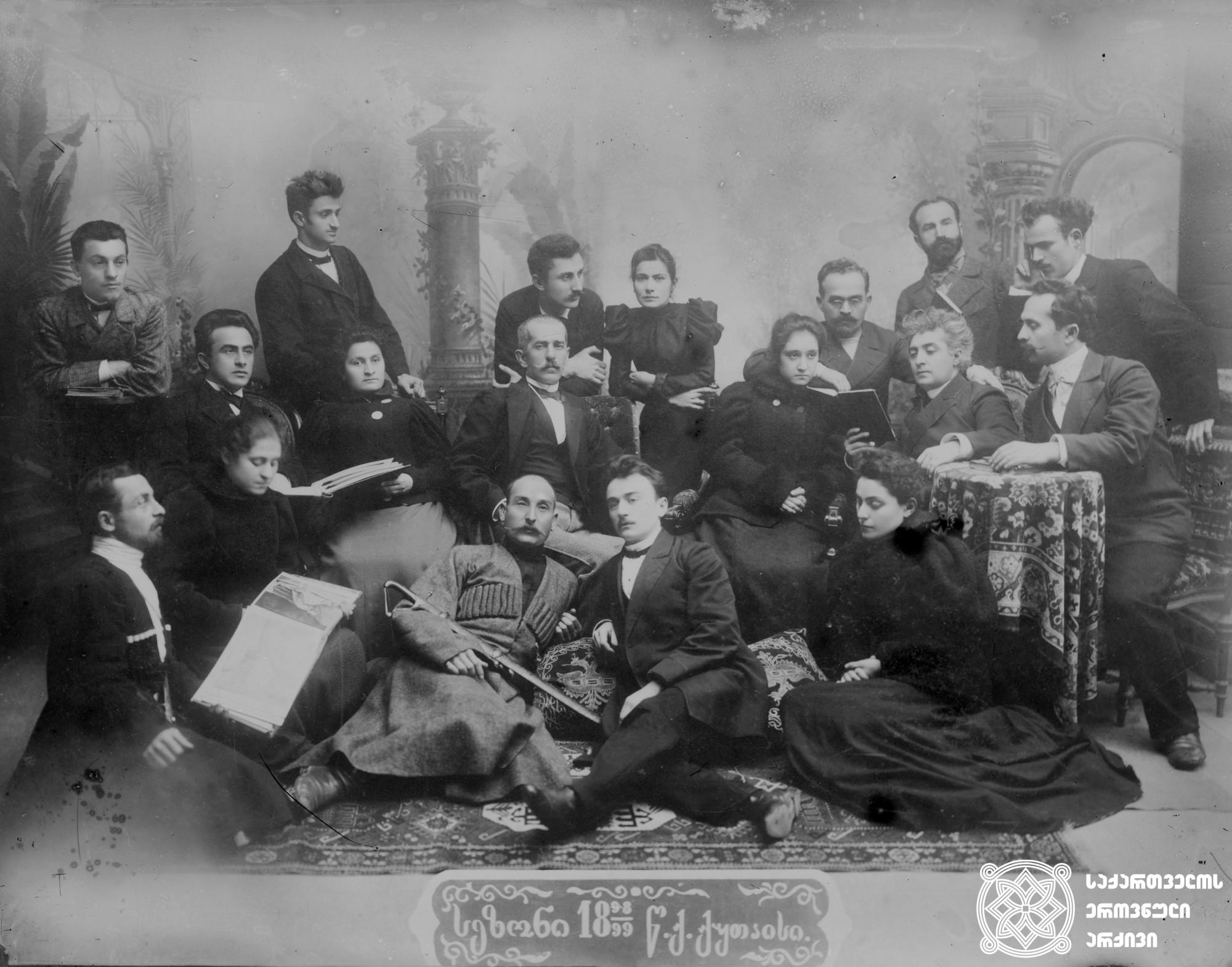 ქუთაისის თეატრის 1898/99 წლის სეზონი. <br> თეატრის წევრებს შორის: კოტე ყიფიანი, ლადო მესხიშვილი, ნუცა ჩხეიძე, შალვა დადიანი, ვასო ბალანჩივაძე, ნემო (მიხეილ ჯანოევი), გ. გამყრელიძე. <br> მინის ნეგატივი 12X16. <br> Season of the Kutaisi Theater 1898/99. <br> Among the members of the theater: Kote Kipiani, Lado Meskhishvili, Nutsa Chkheidze, Shalva Dadiani, Vaso Balanchivadze, Nemo (Mikheil Janoev), G. Gamkrelidze. <br> Glass negative 12X16.