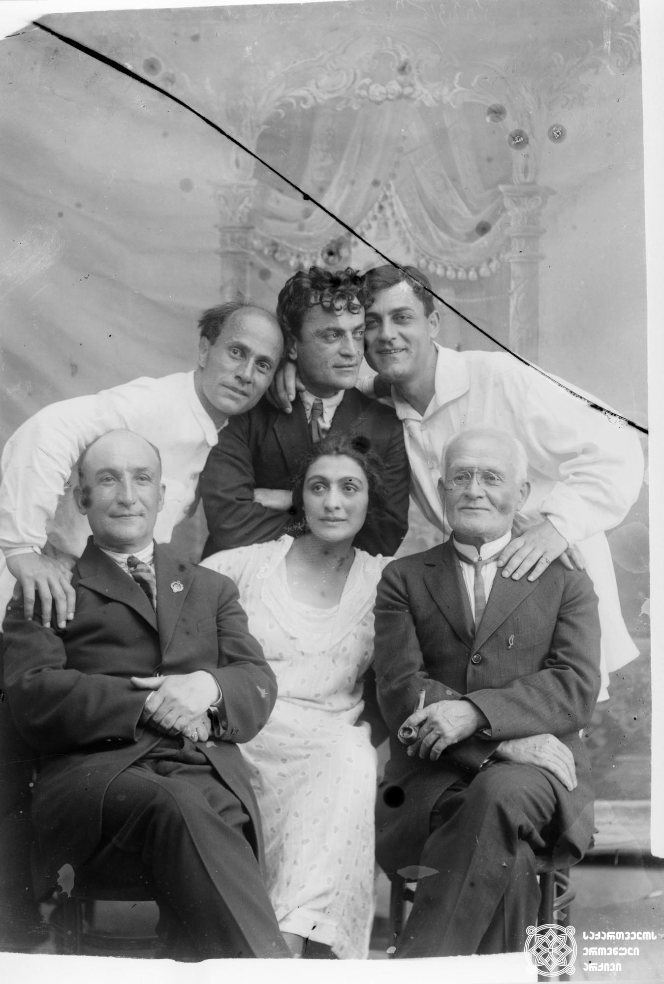 მარცხნიდან სხედან: ნიკო გოცირიძე, თამარ ჭავჭავაძე, ნემო; დგანან: აკაკი ხორავა, ალექსანდრე ახმეტელი, დ. ჩხეიძე. <br> მინის ნეგატივი 12X16. <br> Seated from the left: Niko Gotsiridze, Tamar Chavchavadze, Nemo; Standing: Akaki Khorava, Alexander Akhmeteli, d. Chkheidze. <br> Glass negative 12X16. <br>