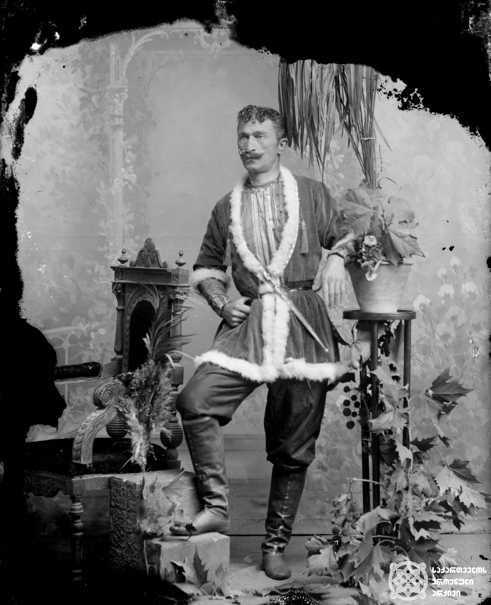 მსახიობი გრიგოლ ჩარკვიანი (1870-1933). <br> მინის ნეგატივი 12X16. <br>  Actor Grigol Charkviani (1870-1933). <br> Glass negative 12X16. <br>