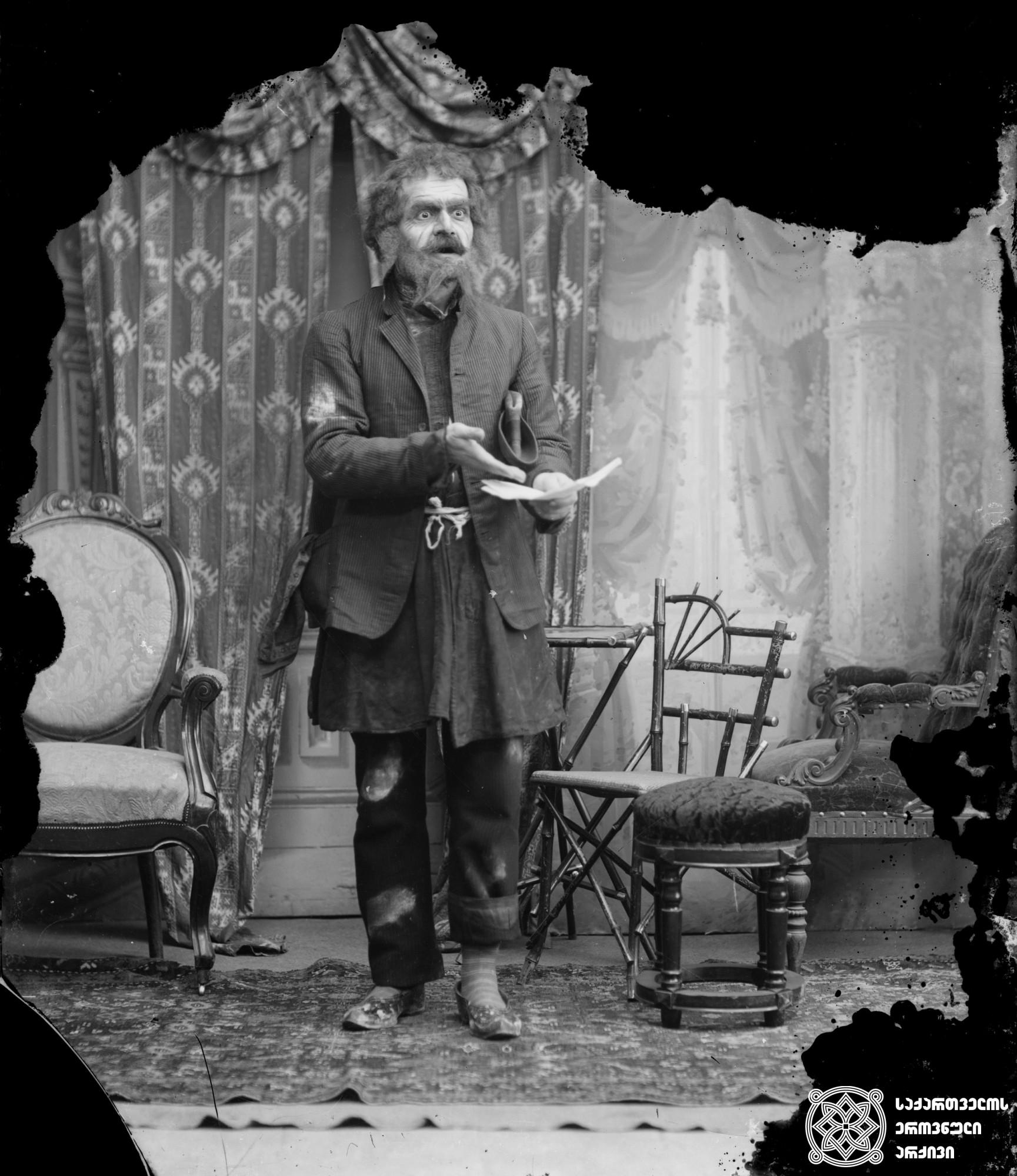 """მსახიობი ნემო (მიხეილ ჯანოევი) ყობოს როლში, პიესიდან """"უბედური დღე"""". <br> მინის ნეგატივი 12X16. <br> Actor Nemo (Mikheil Janoev) in the role of Kobo, from the play """"Unfortunate Day"""". <br> Glass negative 12X16. <br>"""