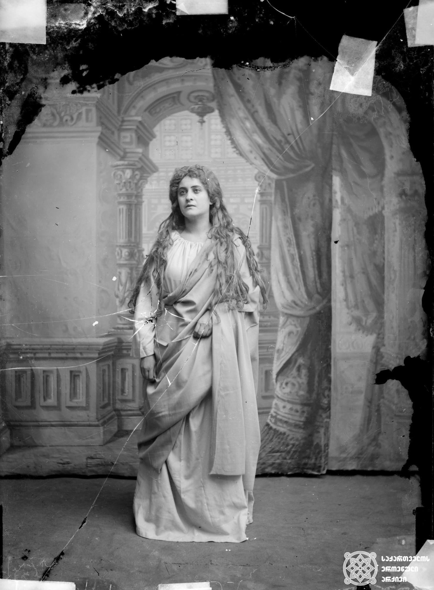 """მსახიობი ნინო დავითაშვილი ოფელიას როლში პიესიდან """"ჰამლეტი"""". <br> მინის ნეგატივი 12X16.5. <br> Actress Nino Davitashvili in the role of Ophelia from the play """"Hamlet"""". <br> Glass negative 12X16.5. <br>"""