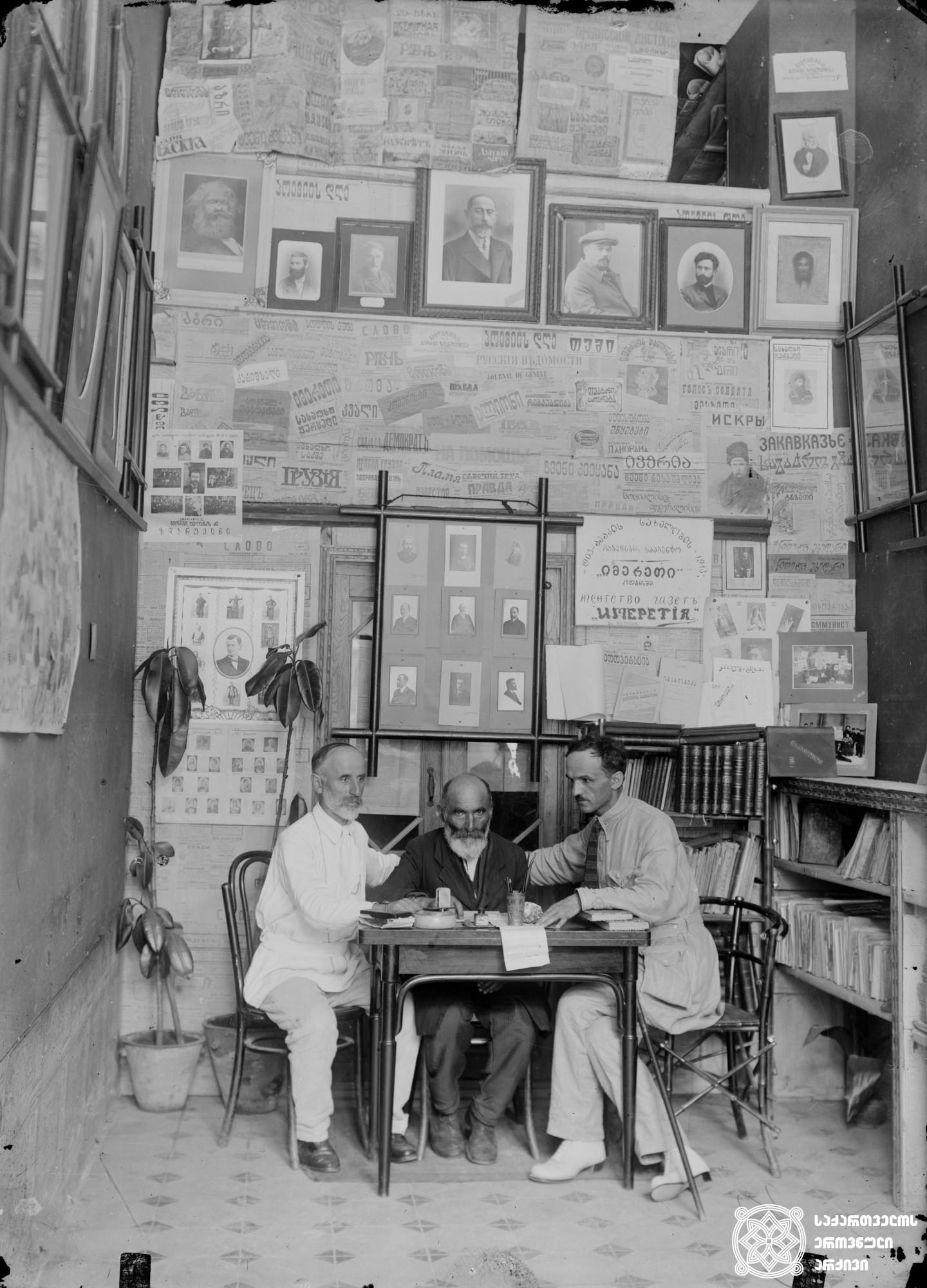 """მარცხნიდან: ისიდორე კვიცარიძე, ზაქარია ჭიჭინაძე და იასონ გაბილაია აკაკი წერეთლის სახელობის სააგენტო """"იმერეთში"""". <br> From left: Isidore Kvitsaridze, Zakaria Chichinadze and Iason Gabilaia at Akaki Tsereteli Agency """"Imereti"""". <br> [1908]"""
