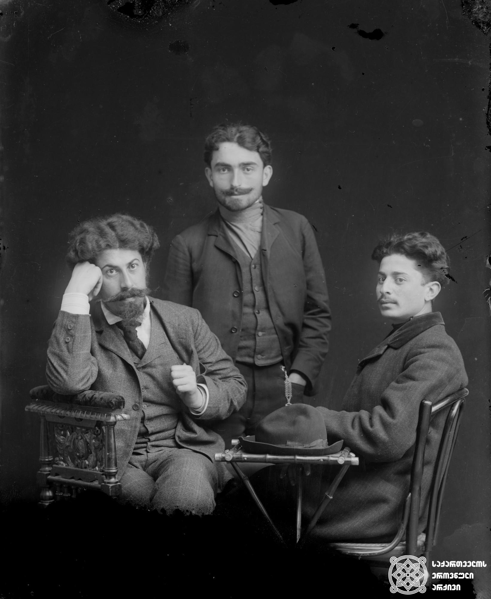 მარცხნიდან: სოციალ-რევოლუციონერი კოლია ჩიგოგიძე, უცნობი პირი და ანარქისტი სიმონ ჯაფარიძე. <br> მინის ნეგატივი 12X16. <br> From left: Social-Revolutionary Kolia Chigogidze, unknown person and anarchist Simon Japaridze. <br> Glass negative 12X16. <br>