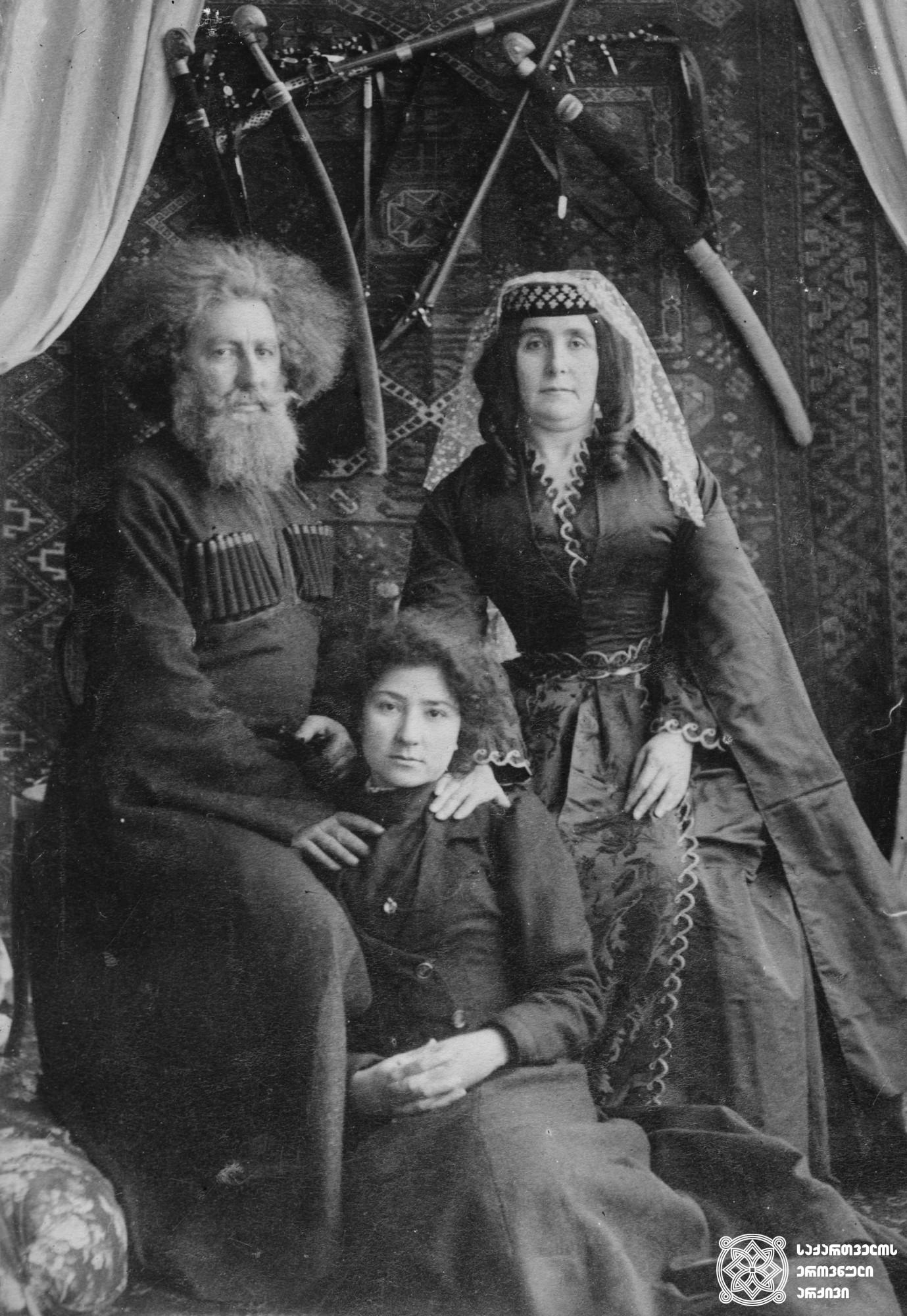 ჯაბა გურიელი მეუღლესა და ქალიშვილთან ერთად.  <br> მინის ნეგატივი 12X16. <br> Jaba Gurieli with his wife and daughter. <br> Glass negative 12X16. <br>